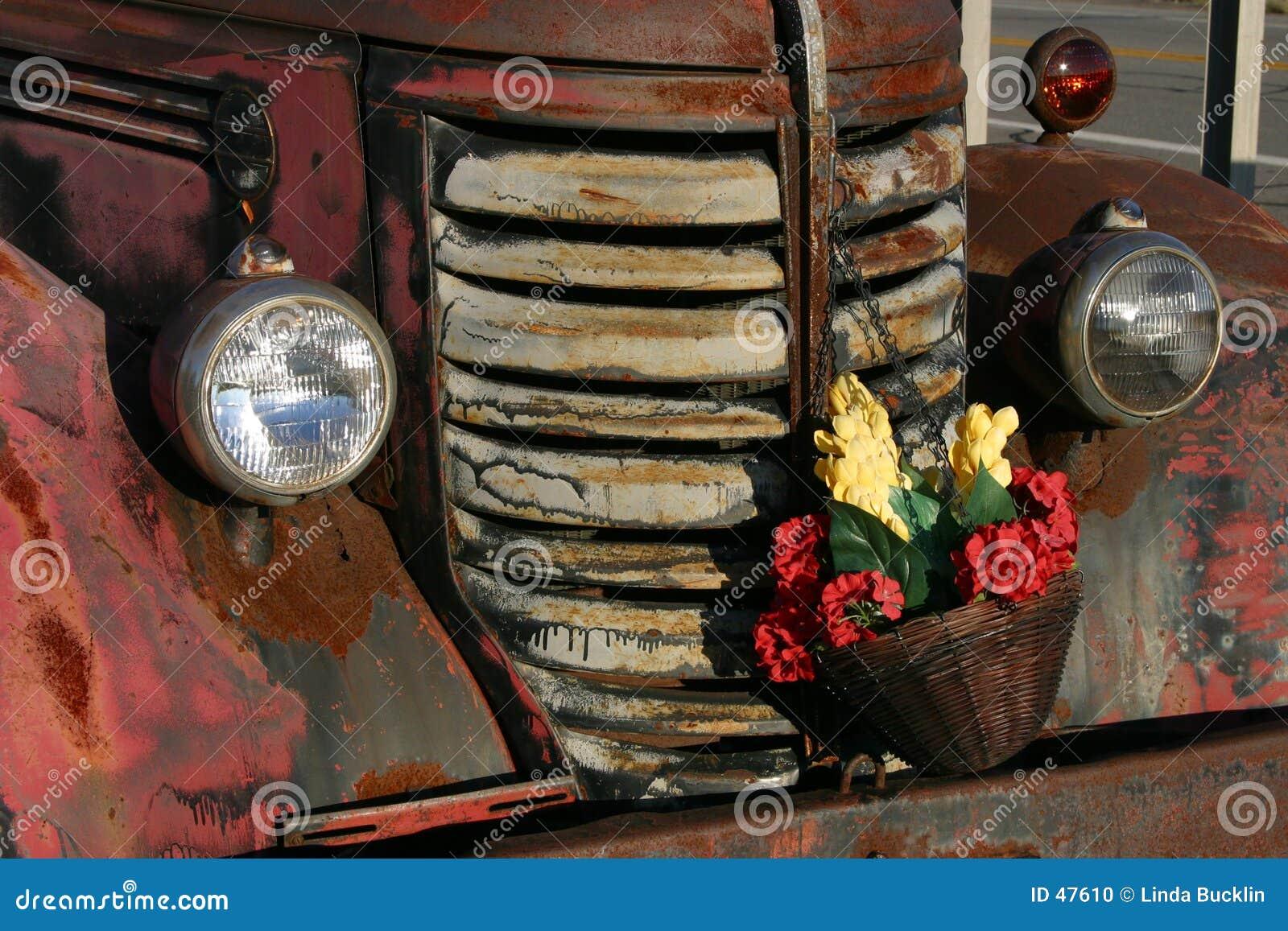 Antiker LKW mit getrockneten Blumen