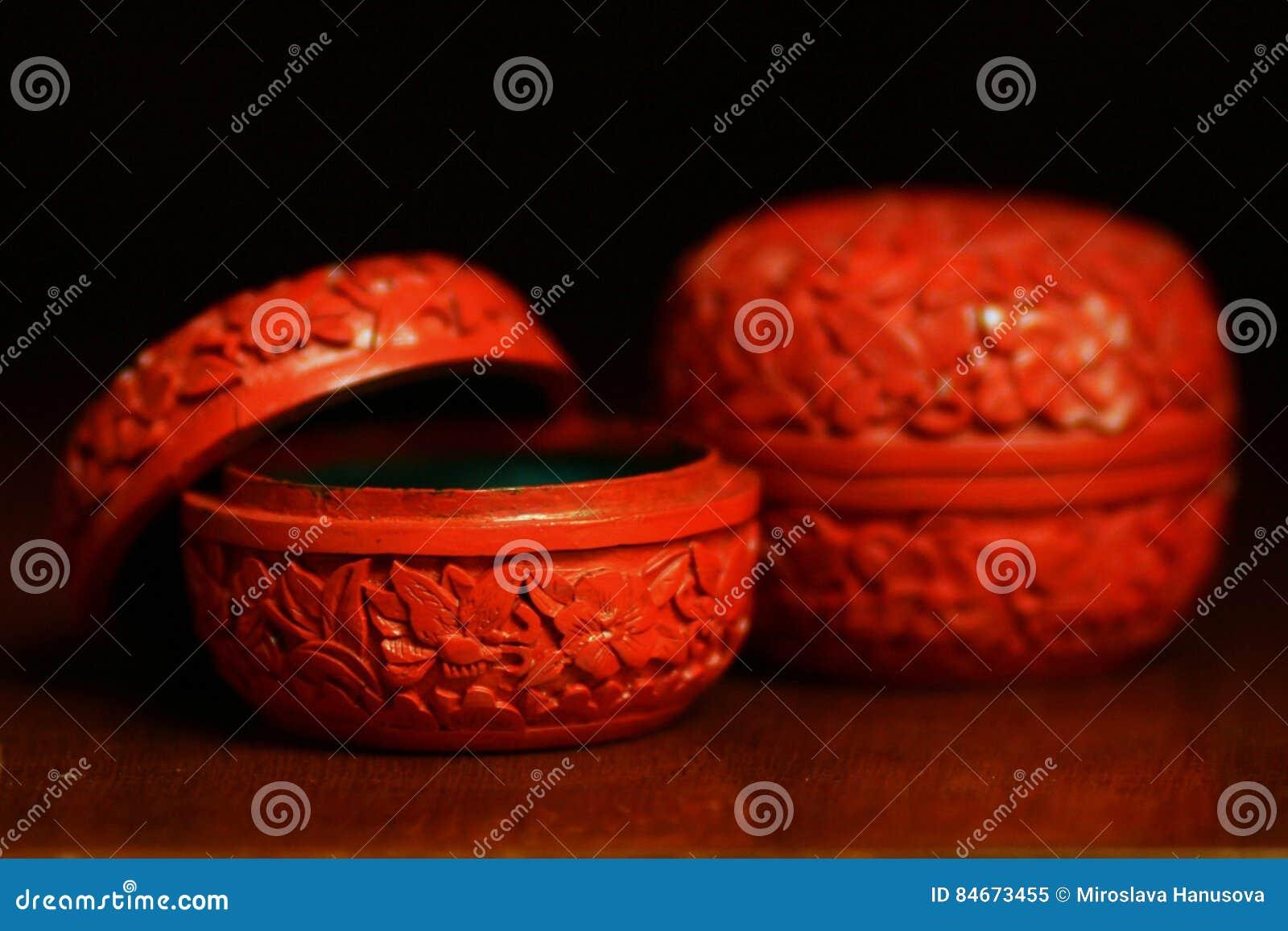 Antiker Zinnober chinesischer Trinket packt Stillleben ein