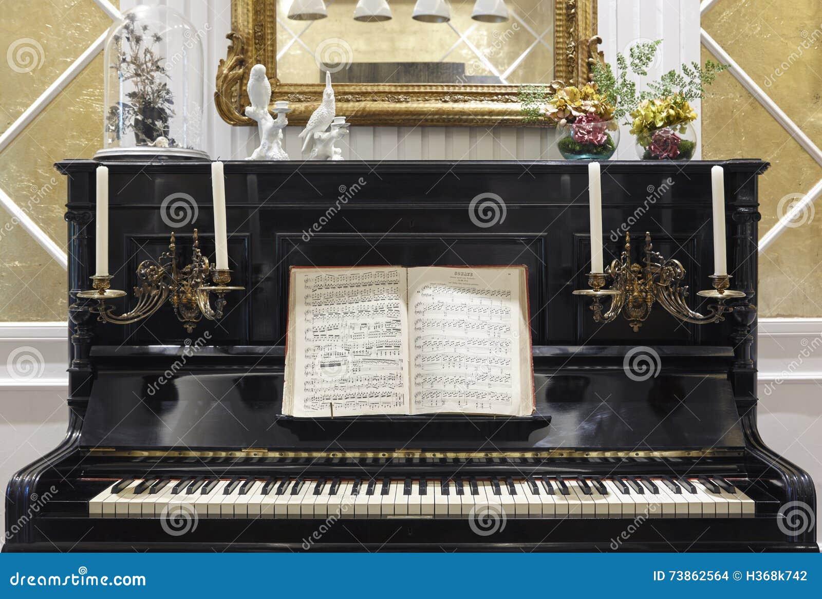 Antikes Klavier Mit Kerzen Und Partitur Innendekoration Stockfoto ...