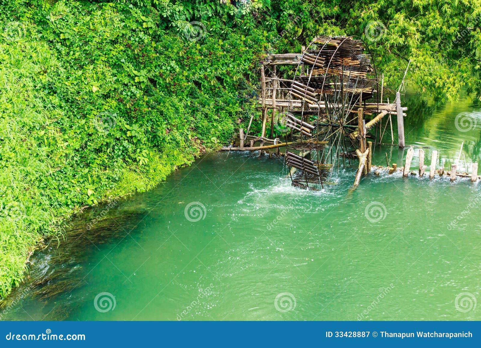 Antikt bambuvattenhjul. bruket av vattenkraft för irrigati