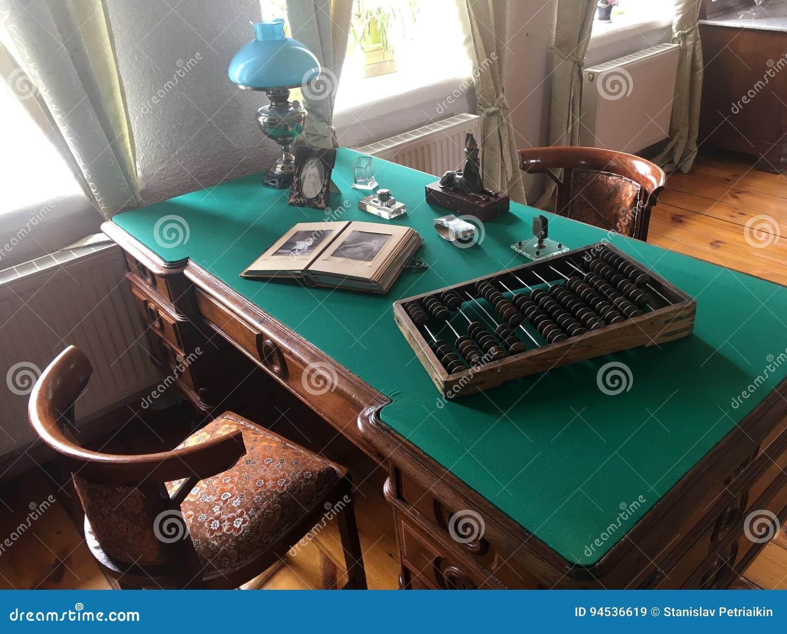 Berömda Antikt Funktionsdugligt Skrivbord Med En Lampa, Böcker, Dokument CY-43