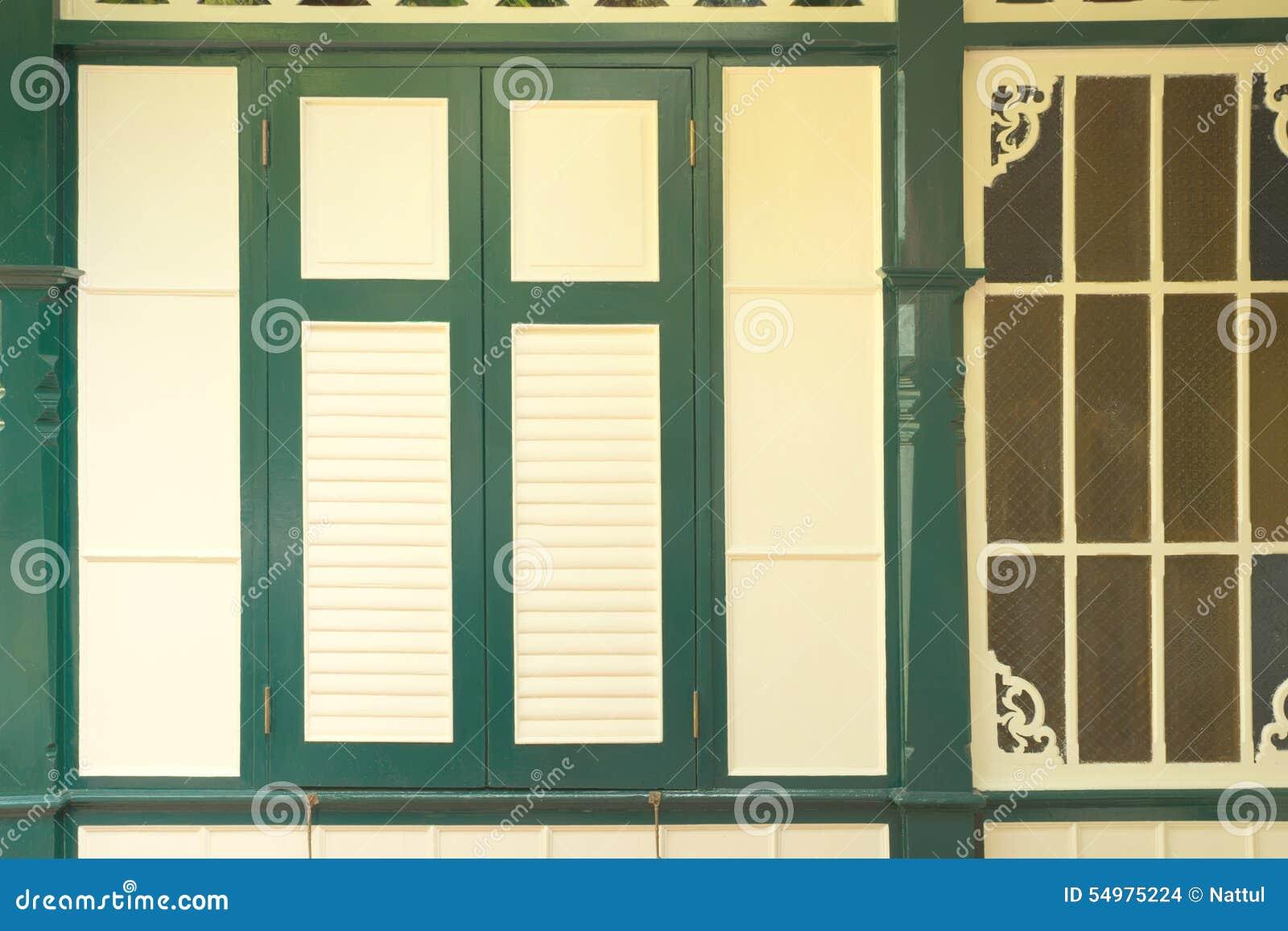 Antikt thailändskt fönster för guling för stilgräsplanram