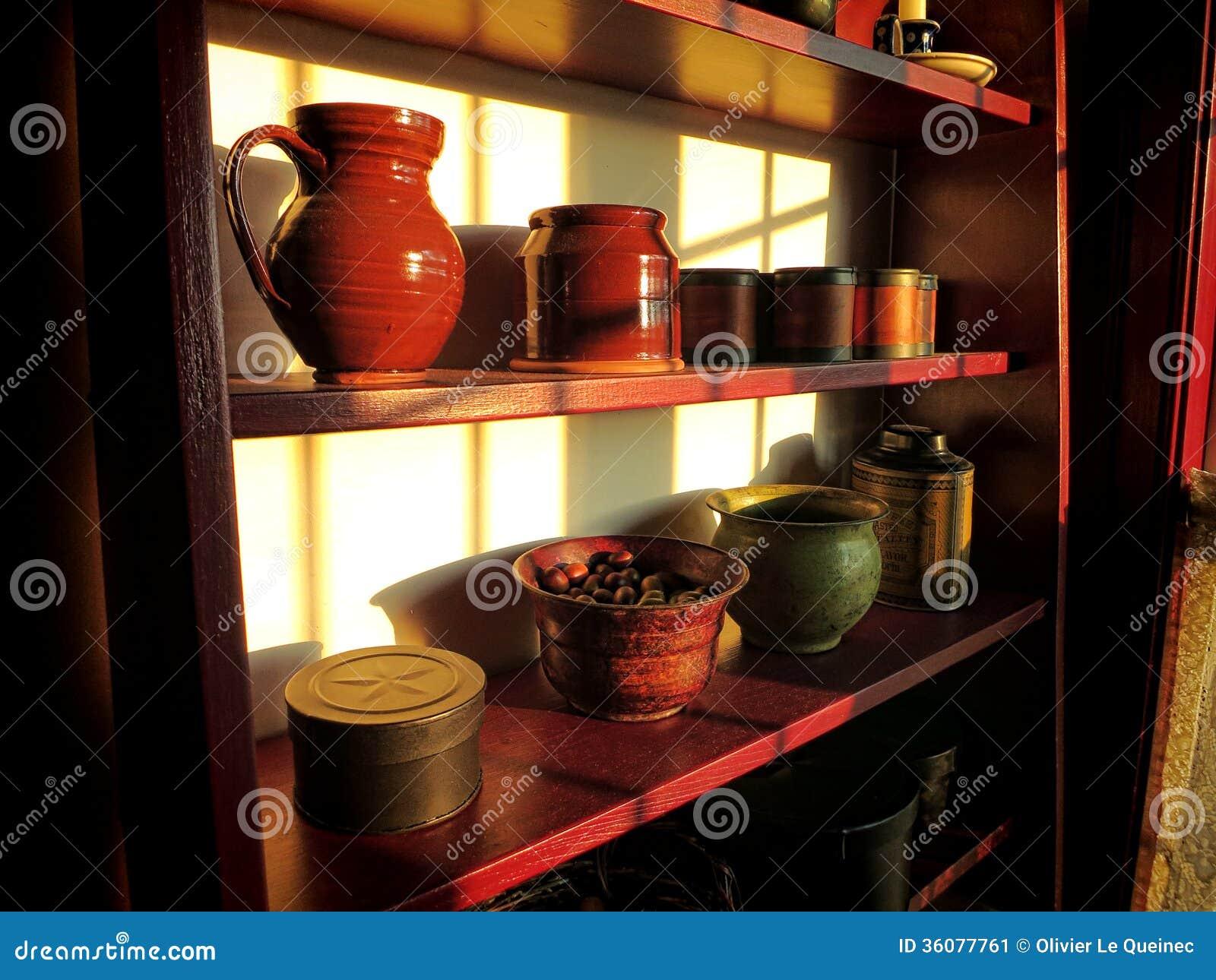 Antikviteten anmärker på gammal Wood hylla i historiskt hem