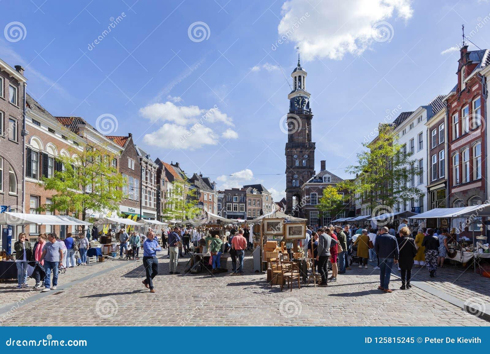 Antikviteter och kuriositeter marknadsför på Groenmarkten i Zutphen