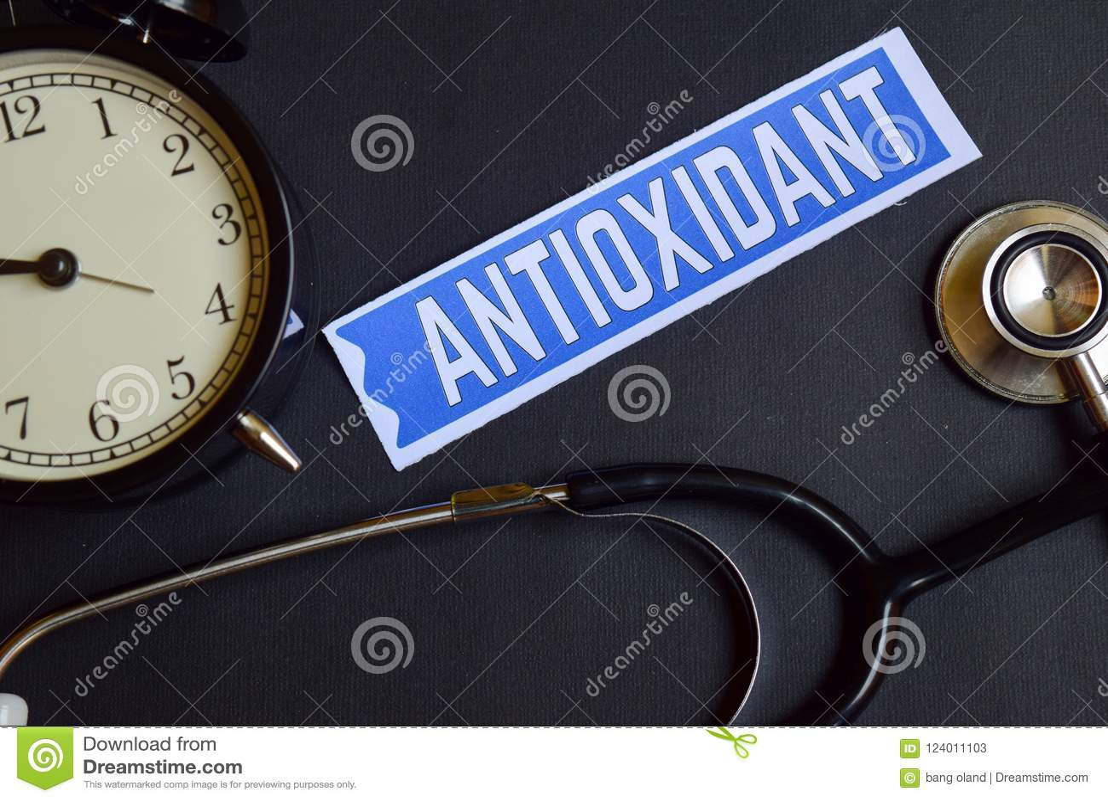 Antioxidante en el papel con la inspiración del concepto de la atención sanitaria despertador, estetoscopio negro