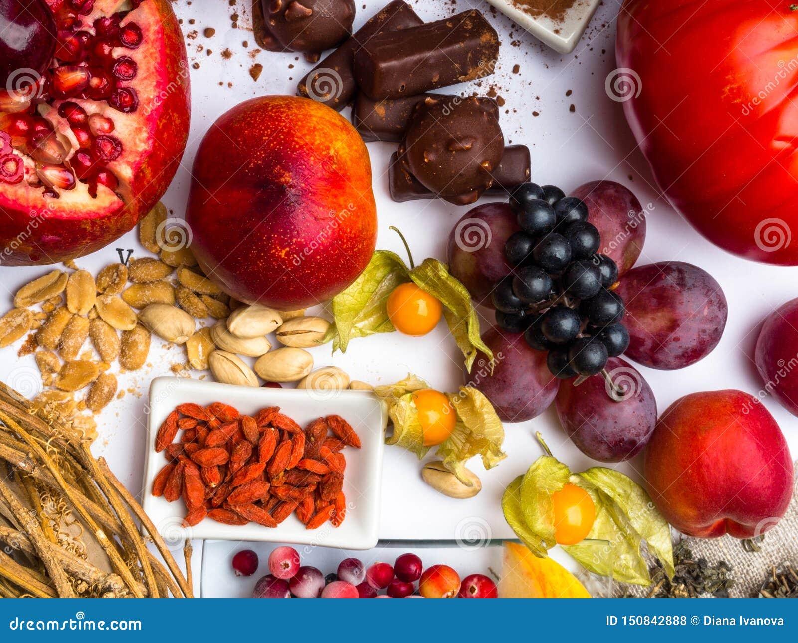 Antioxidantes, comida del resveratrol como té verde, uva, arándano, albaricoque, manzana, cacao, tomates, granada, physalis, oscu