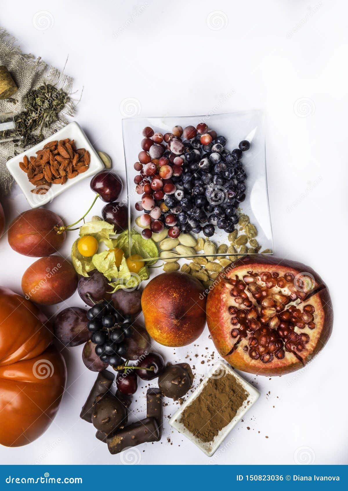 Antioxidantes, comida del resveratrol como té verde, uva, arándano, albaricoque, manzana, chocolate, tomates, granada