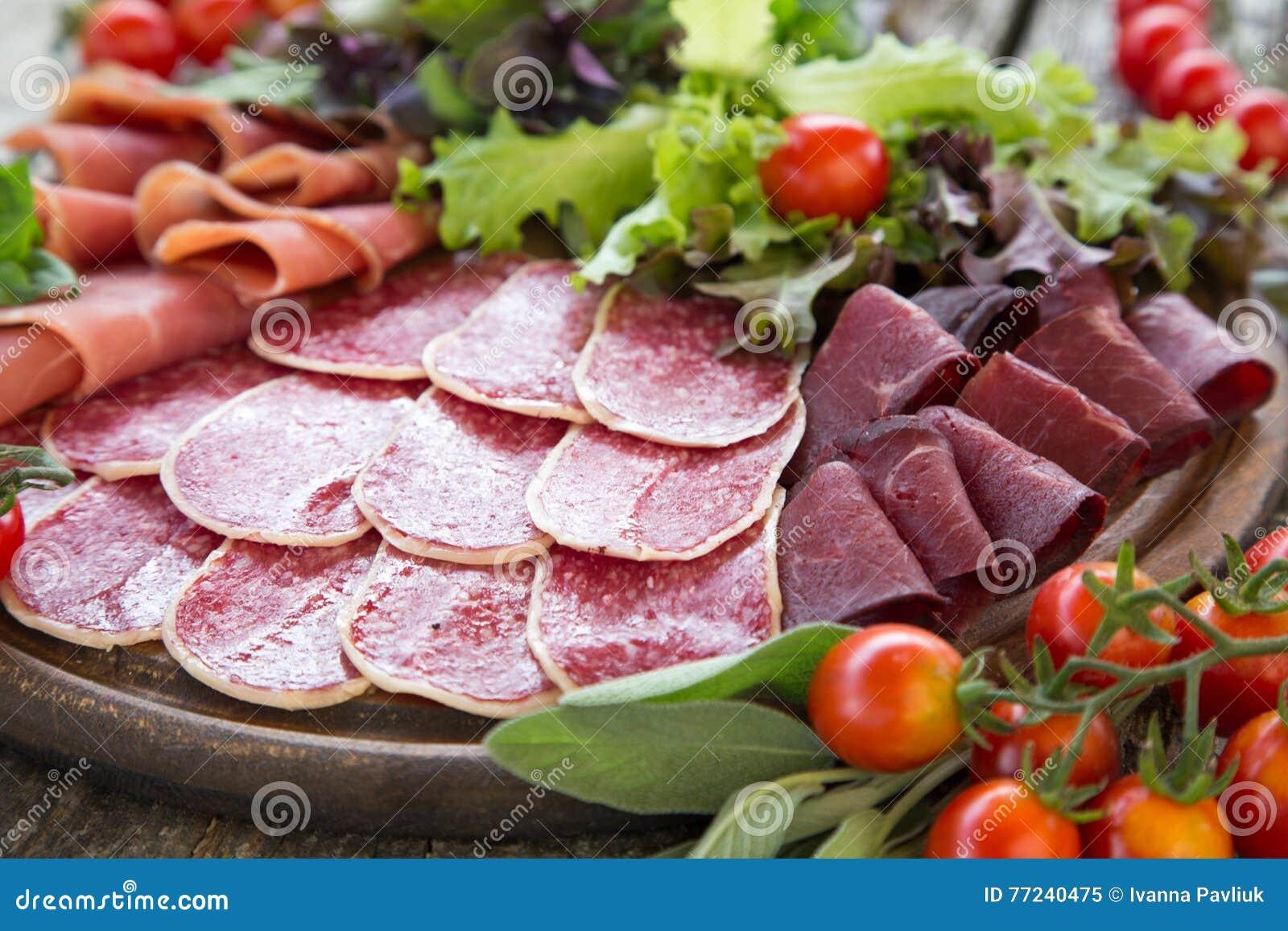 Antipasto con il prosciutto il salame e il bresaola pomodoro e