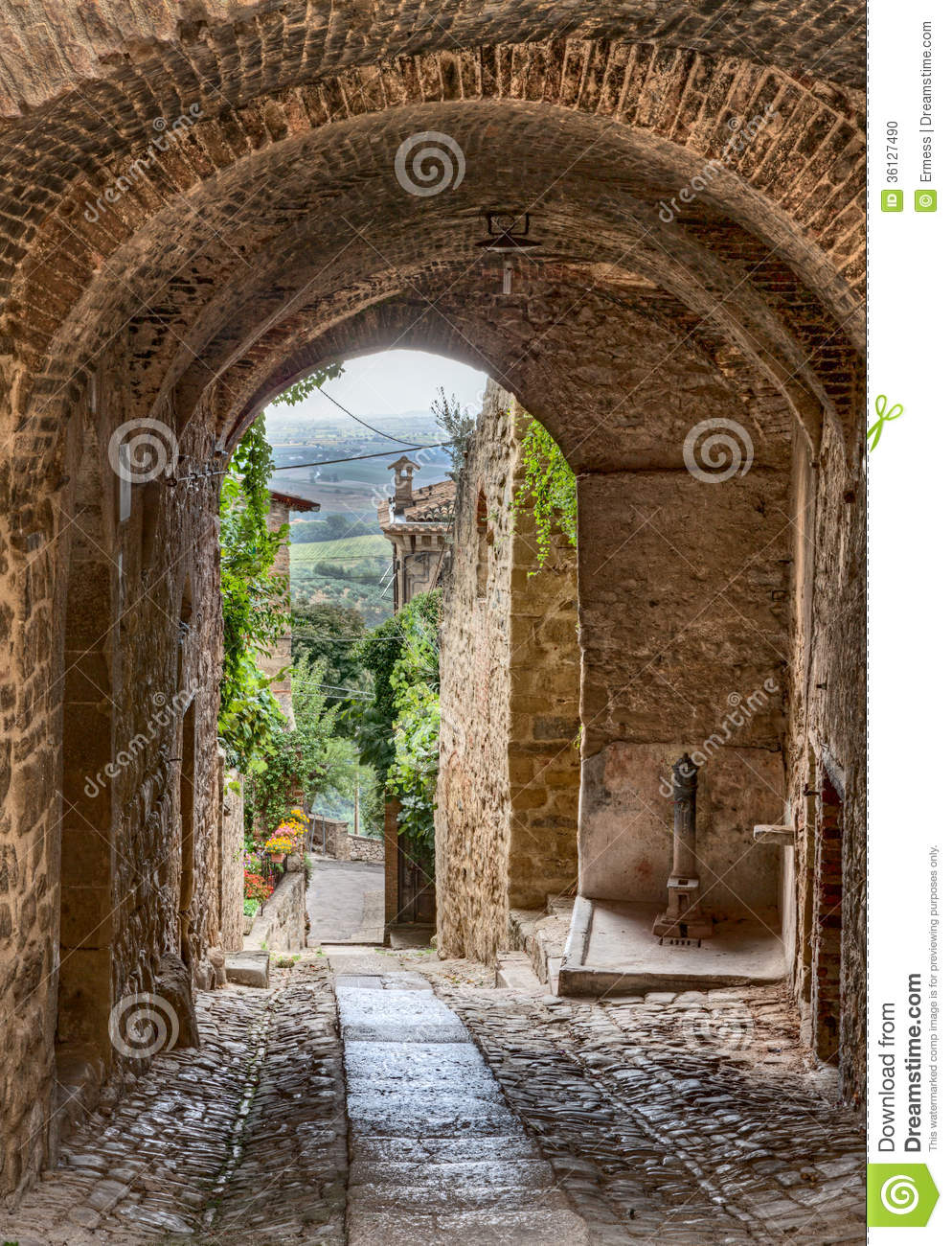 Gualdo Cattaneo Italy  city pictures gallery : ... alley with archway in the ancient town Gualdo Cattaneo, Umbria, Italy