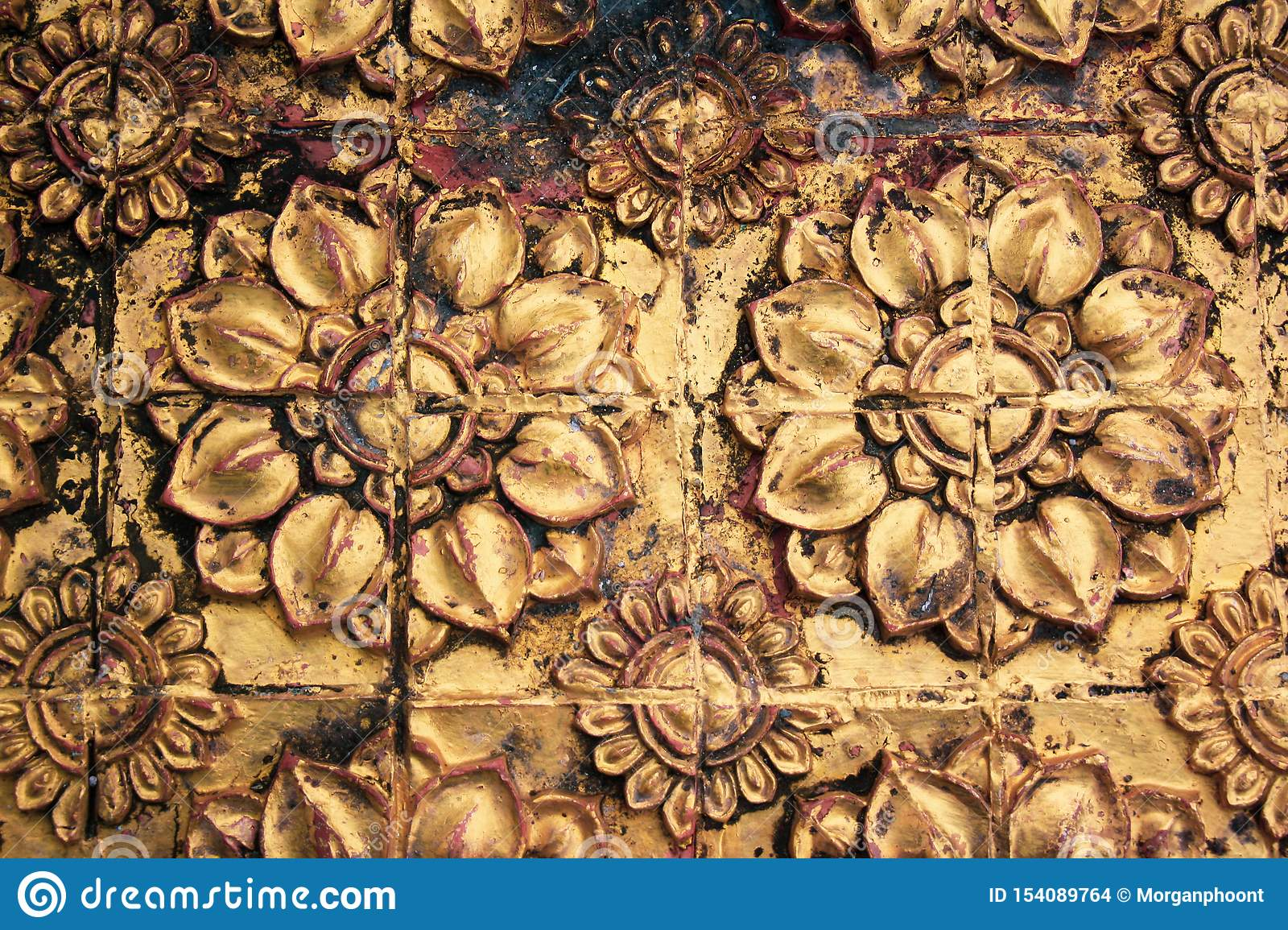 Antique Pattern of Stone Flowers Plated with Gold