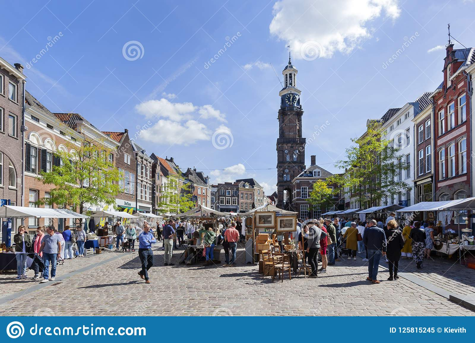 Antiquitätens- und Neugiermarkt auf dem Groenmarkt in Zutphen