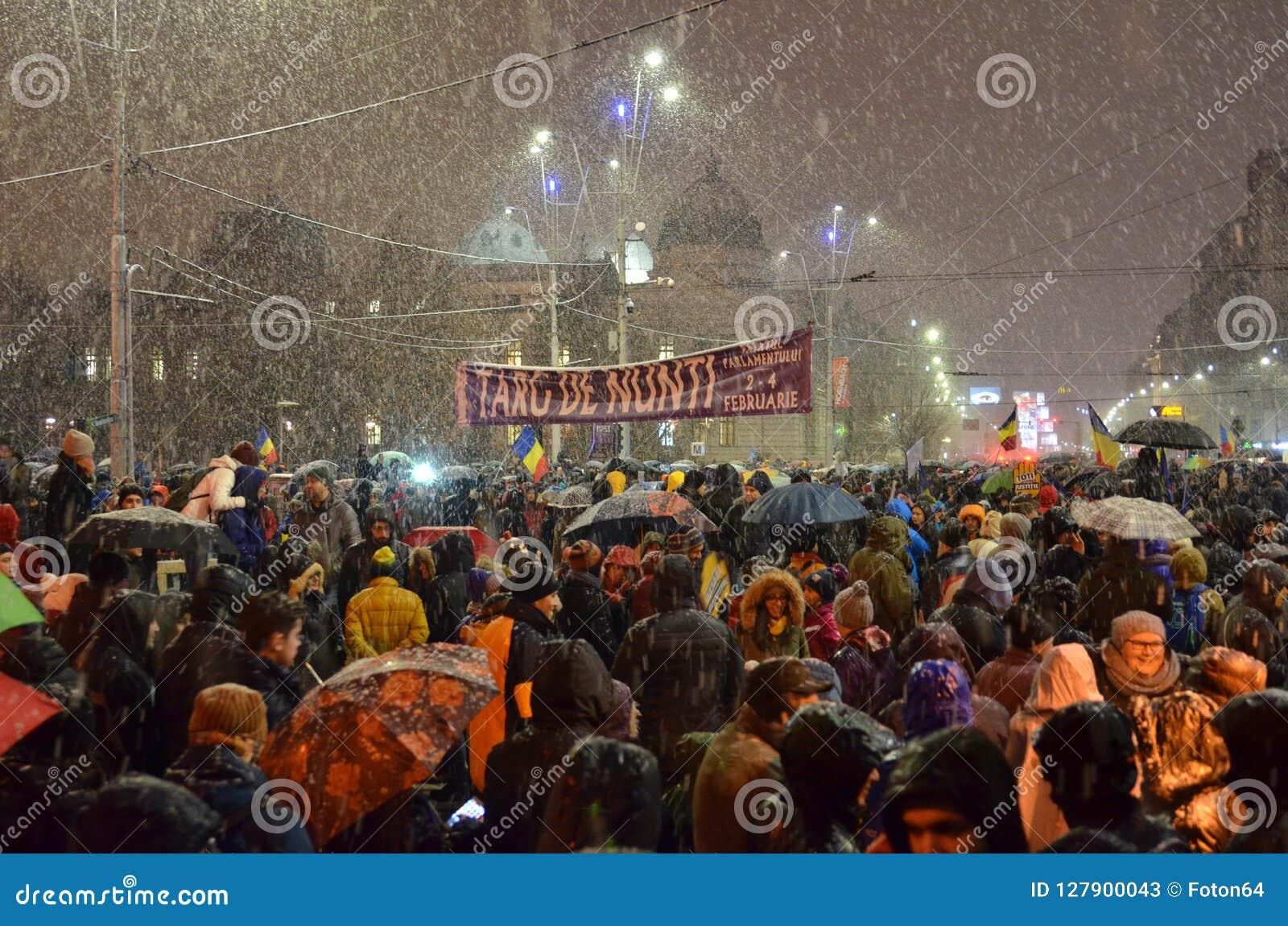 Antiregierung protestiert in Bukarest im rauen Wetter