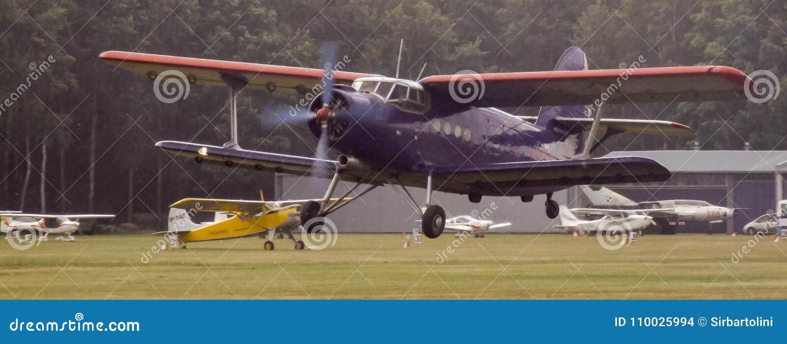 Antonov een-2 zuigervliegtuigen op Goraszka-Lucht toont in Polen