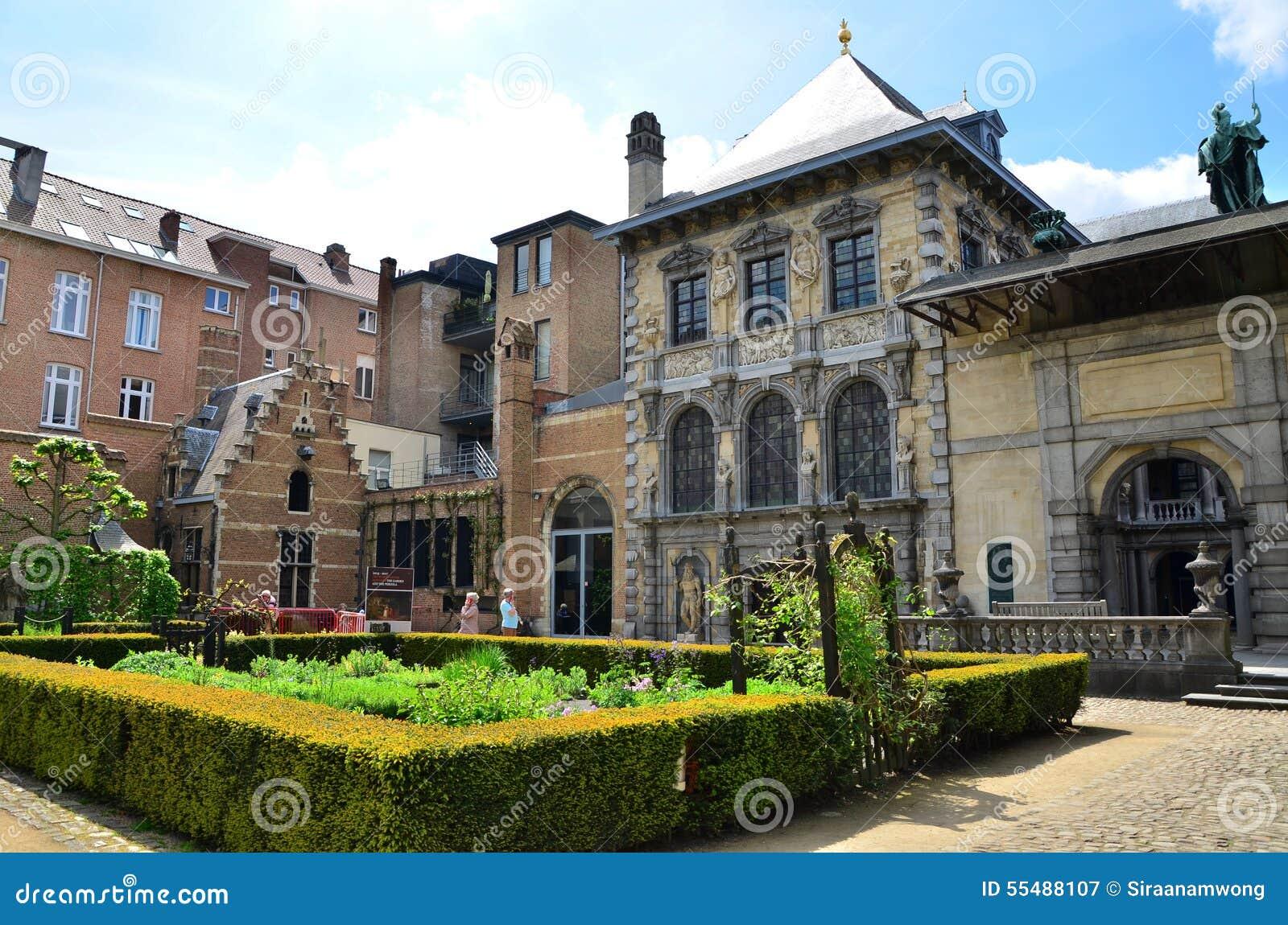 Antwerp Belgien - Maj 10, 2015: Turist- besök Rubenshuis (Rubens House) i Antwerp
