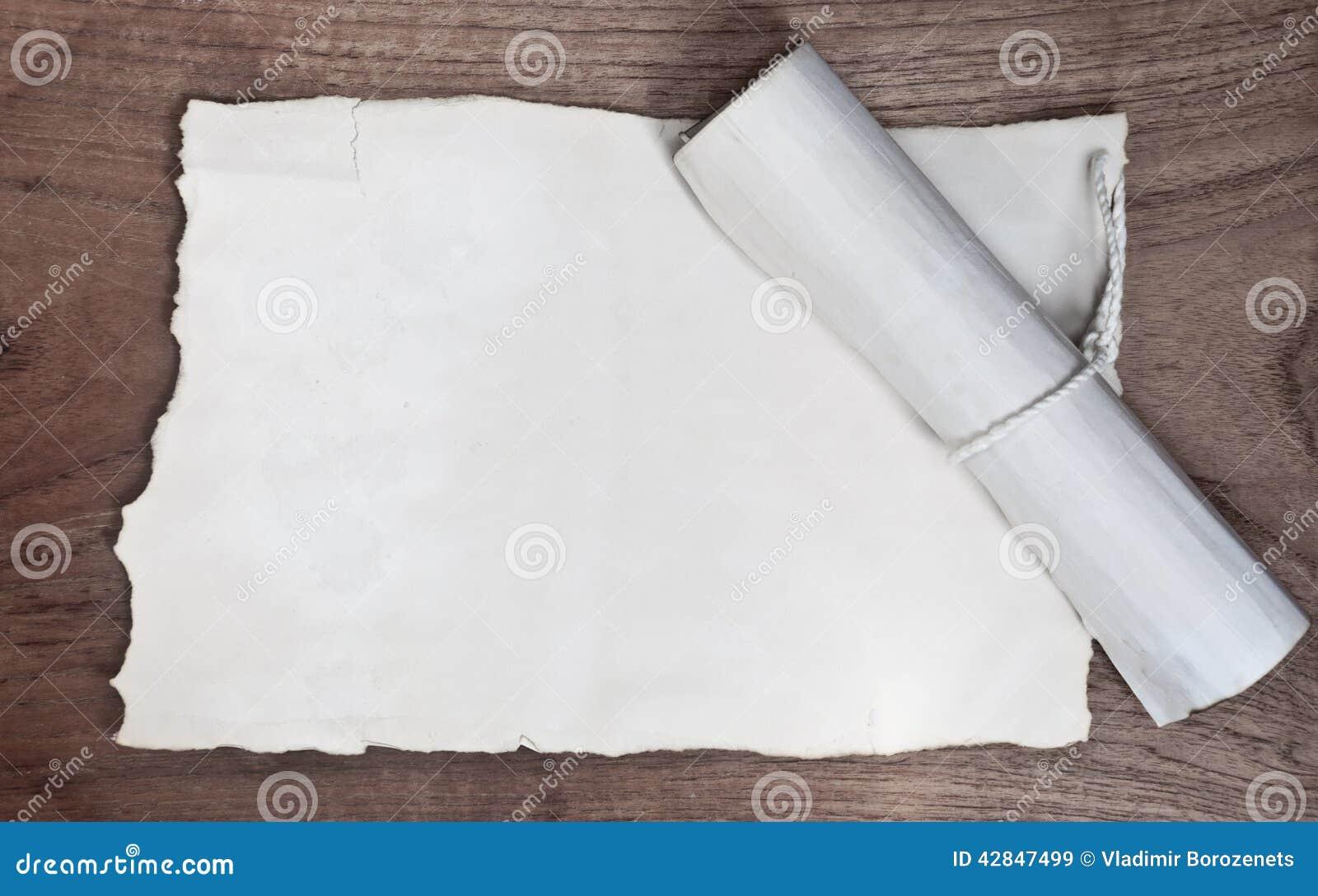 Antyczna ślimacznica z papierem na drewno stole