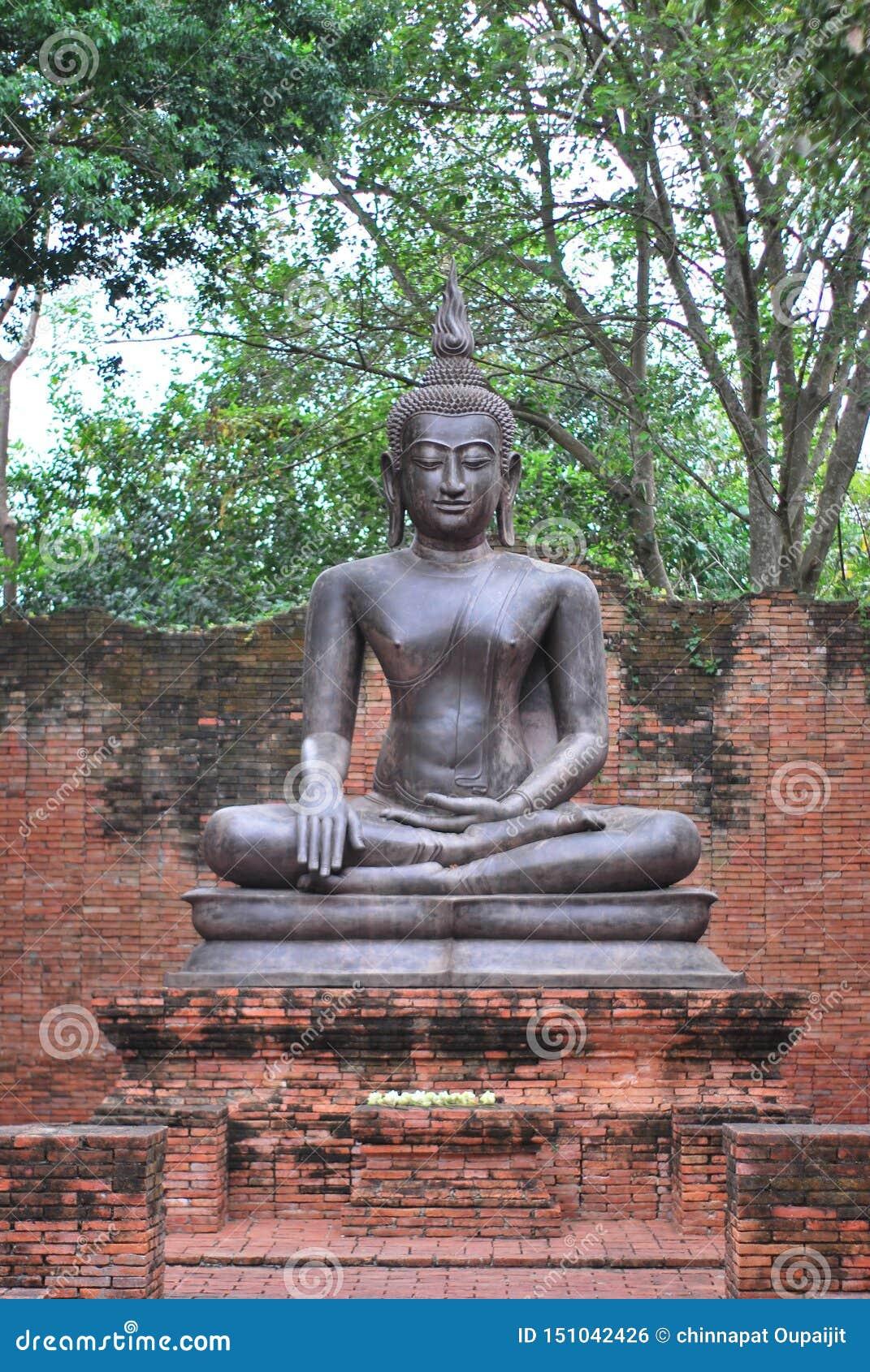 Antyczna brązowa Buddha statua tworzył wiarą w buddyzmu który istniał od antycznych czasów teraźniejszość