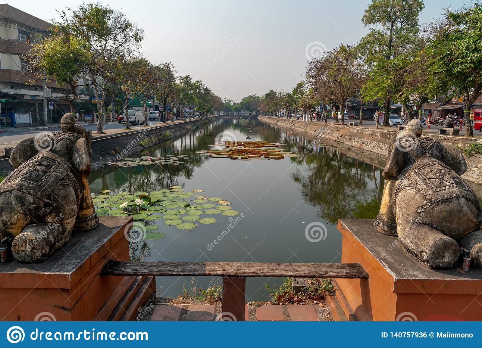 Antyczna fosa w centrum Chiang Mai miasto