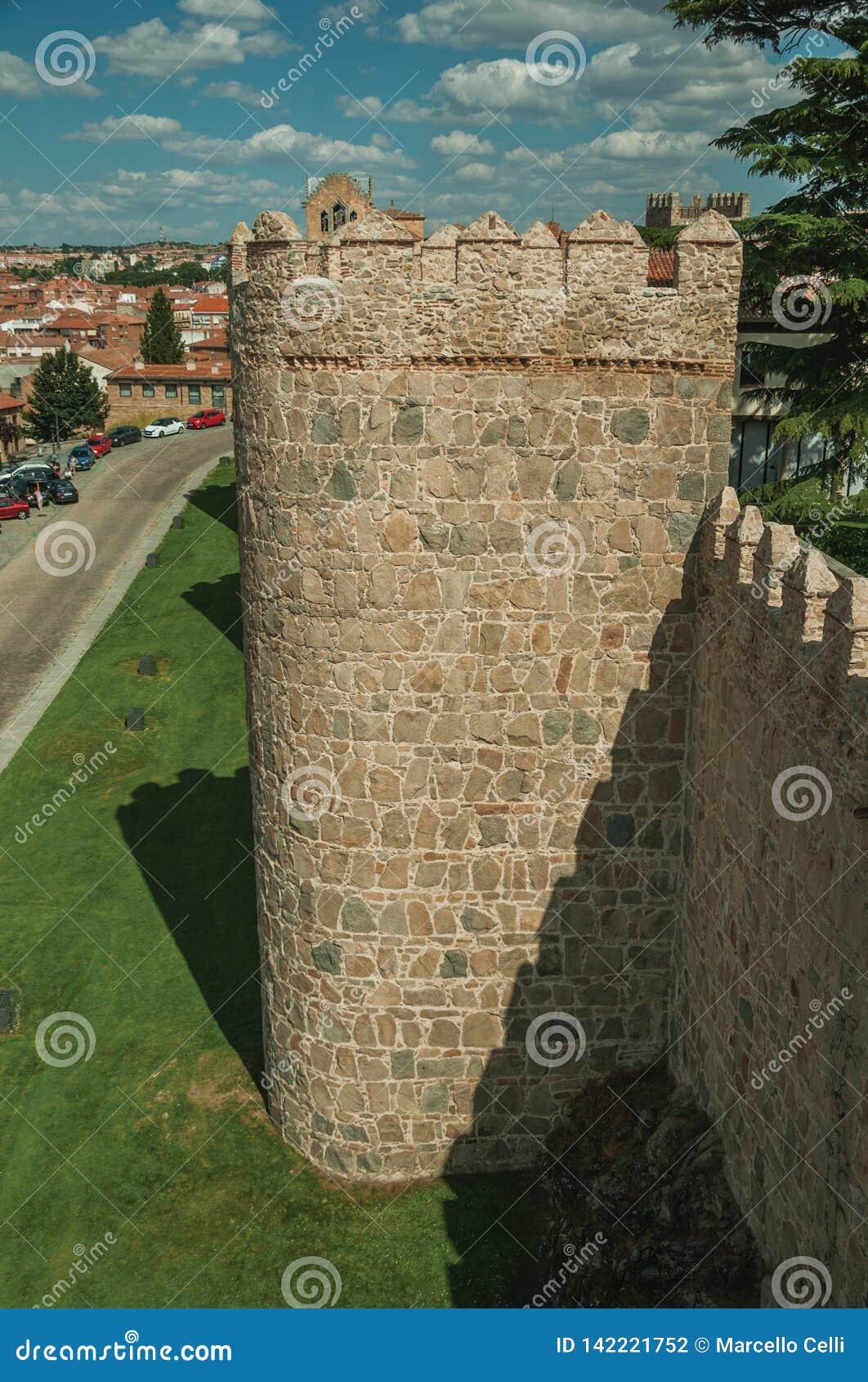 Antyczna gęsta ściana z battlement i ampułą góruje przy Avila
