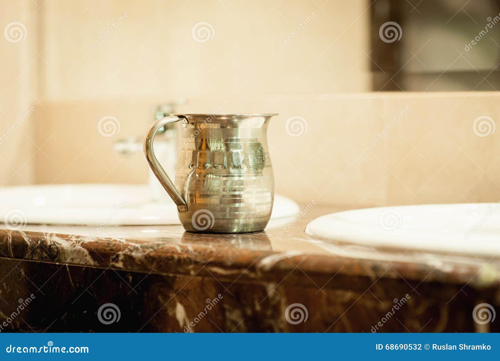 Antyczna metal waza dla różnicy kwitnie
