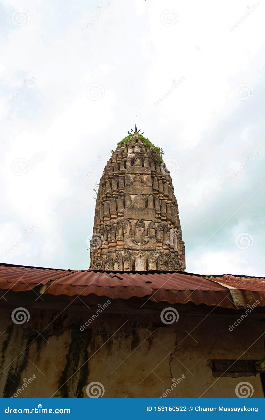 Antyczna pagoda za cynku dachem w Tajlandzkiej buddyjskiej świątyni