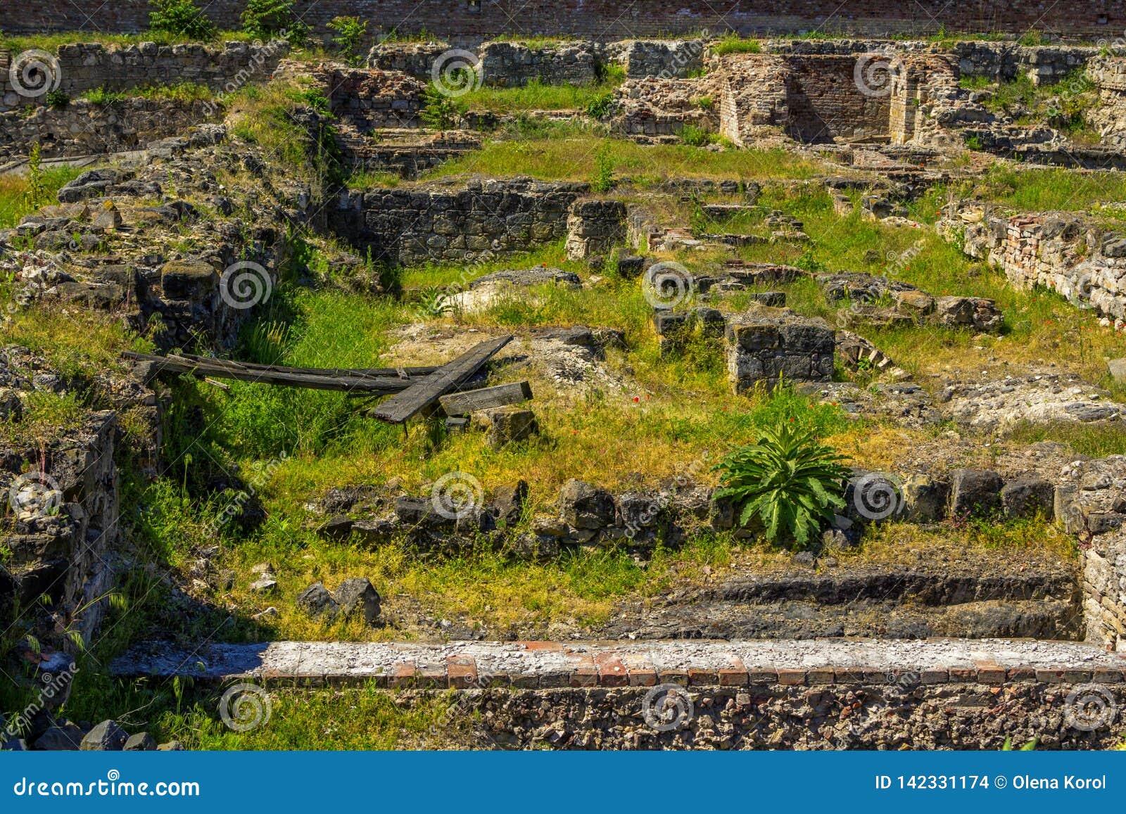 Antyczne kamień ruiny, ekskawacje blisko Królewskiego Budy i Roszują w Budapest