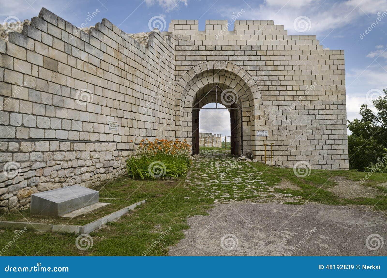 Antyczne ruiny średniowieczny forteca blisko do miasteczka Shumen