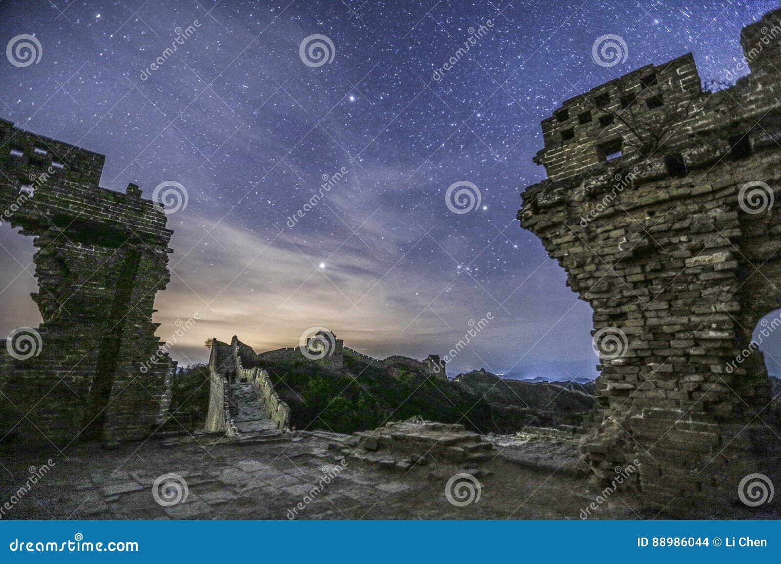 Antyczne ruiny above i nocne niebo