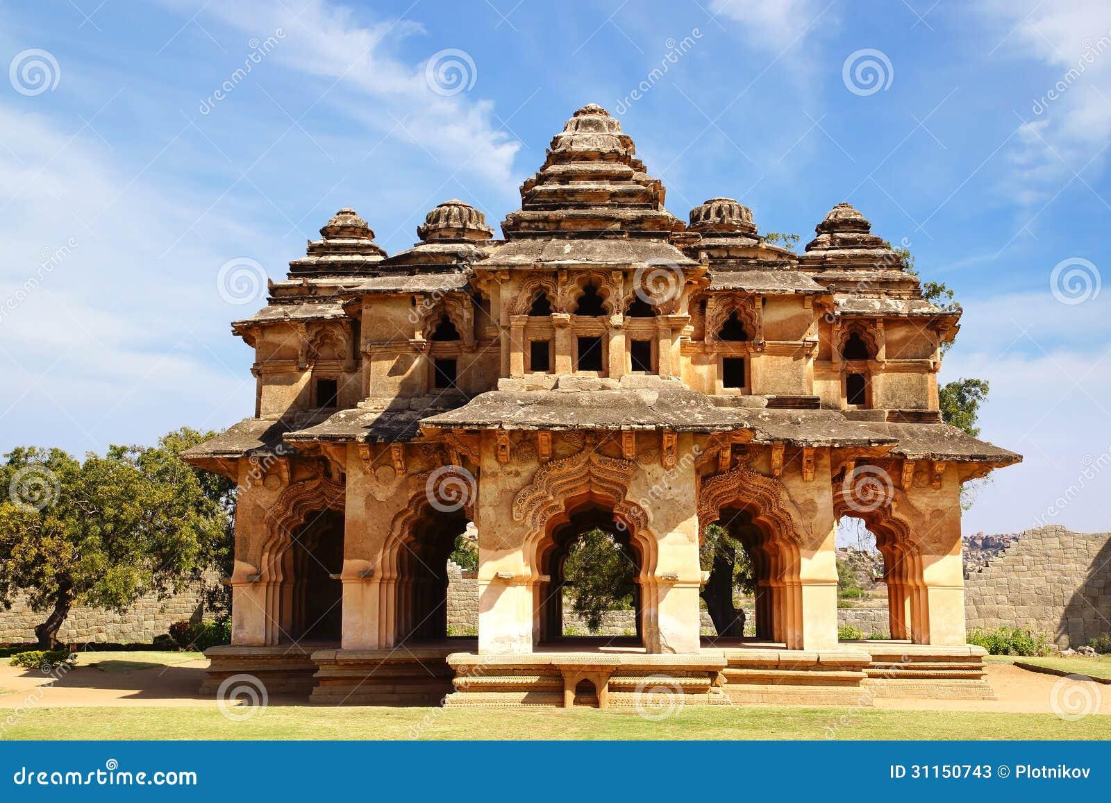 Antyczne ruiny Lotosowa świątynia. Hampi, India.
