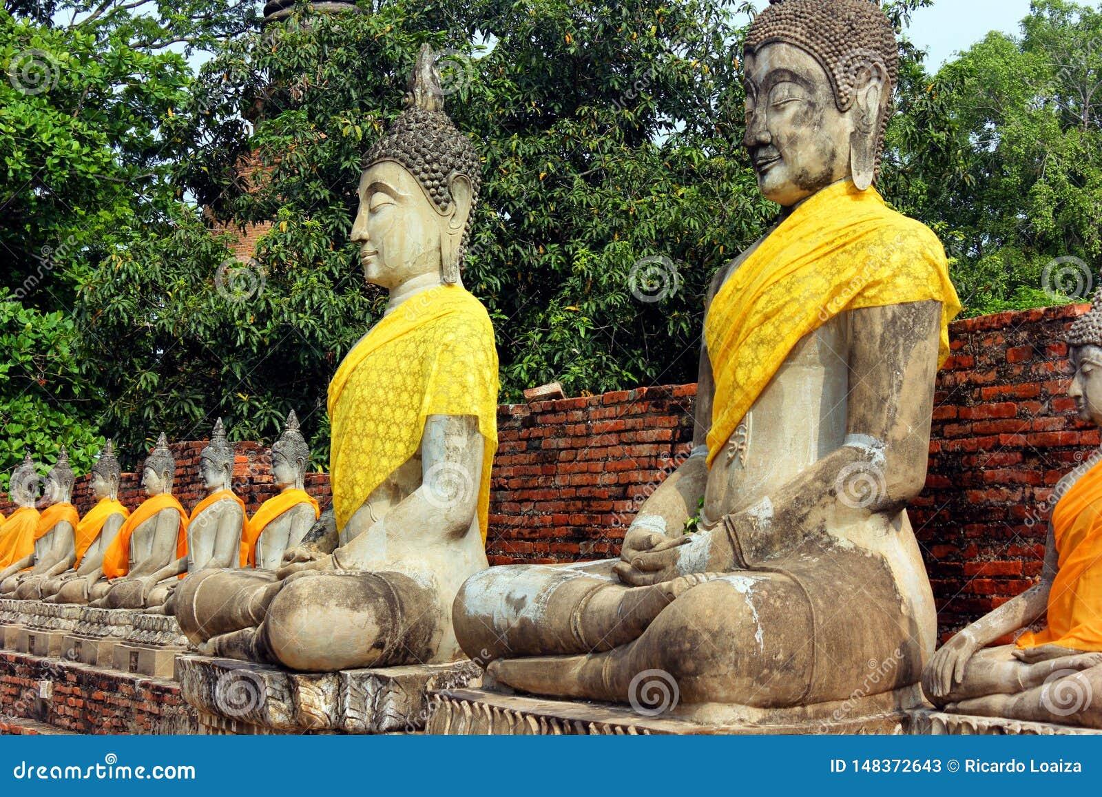 Antyczne statuy medytowa? Buddha obsiadanie przy Wata Yai Chaimongkol star? ?wi?tyni? w Ayutthaya, Tajlandia