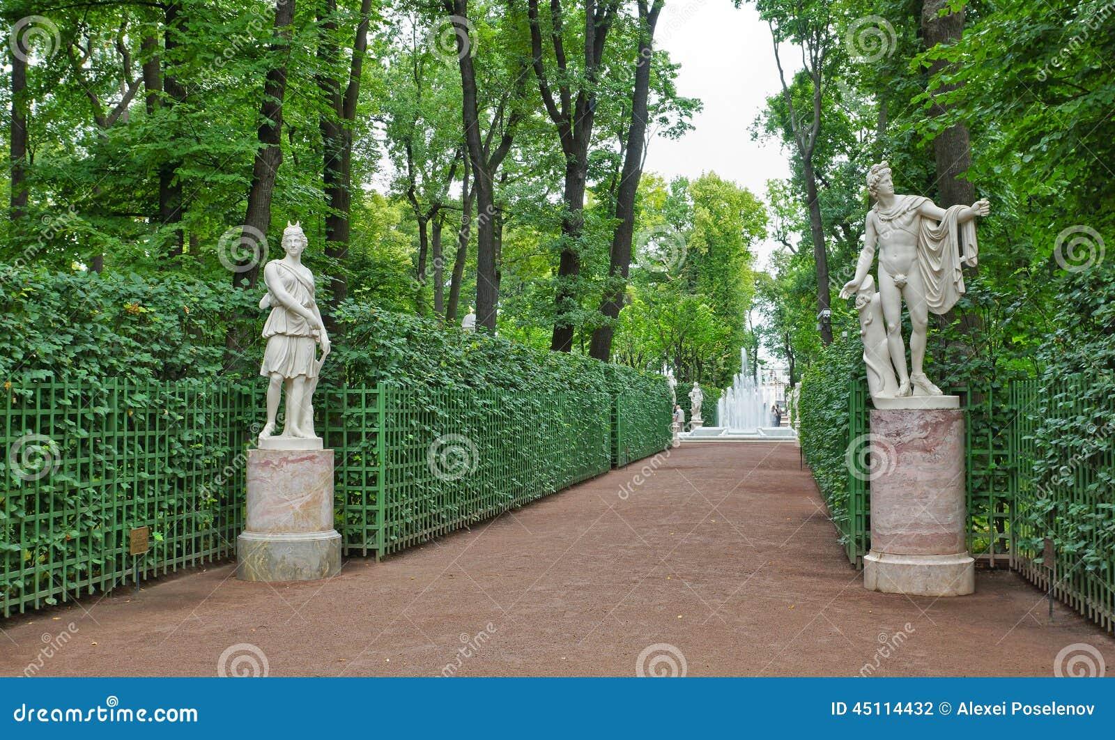Antyczne statuy w lato ogródów parku w Petersburg