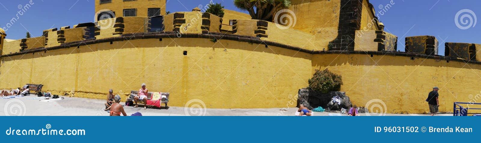 Antyczny żółty forteca Sao Tiago z swój kąpanie platformami w Atlantyckiego ocean
