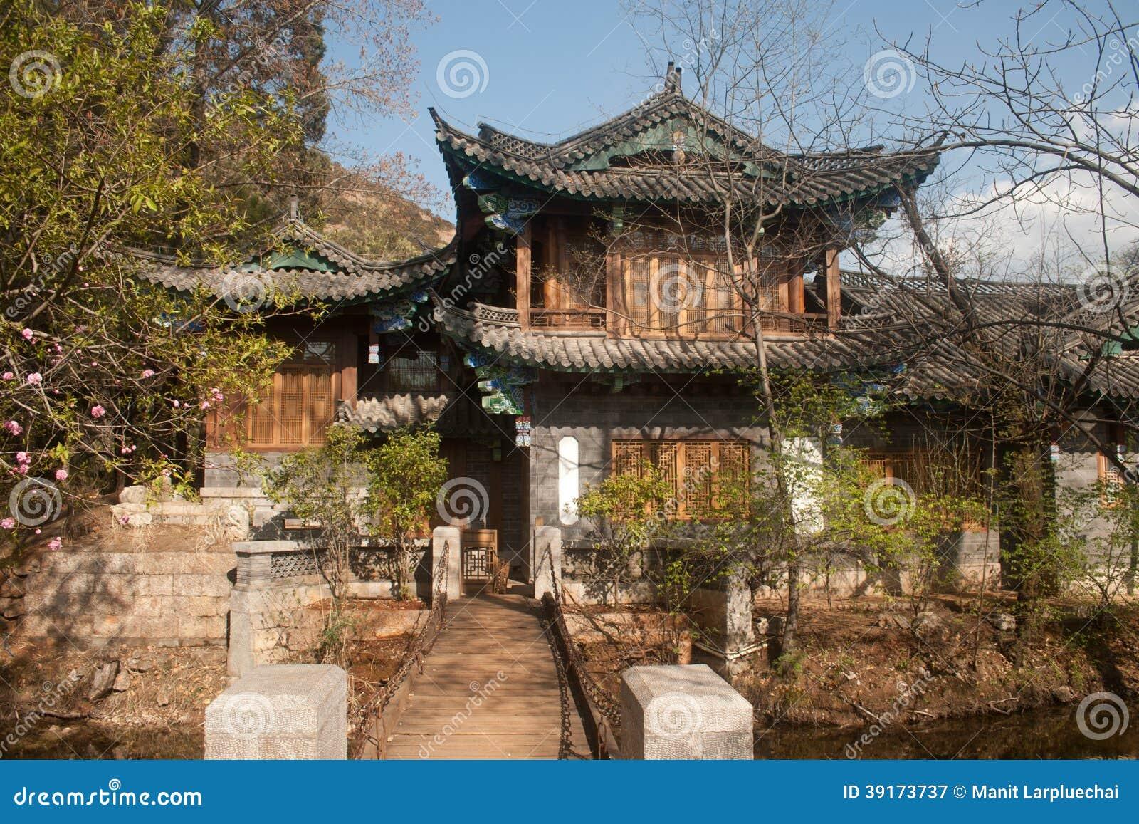 Antyczny budynek przy Czarnym smoka basenem w Chiny.
