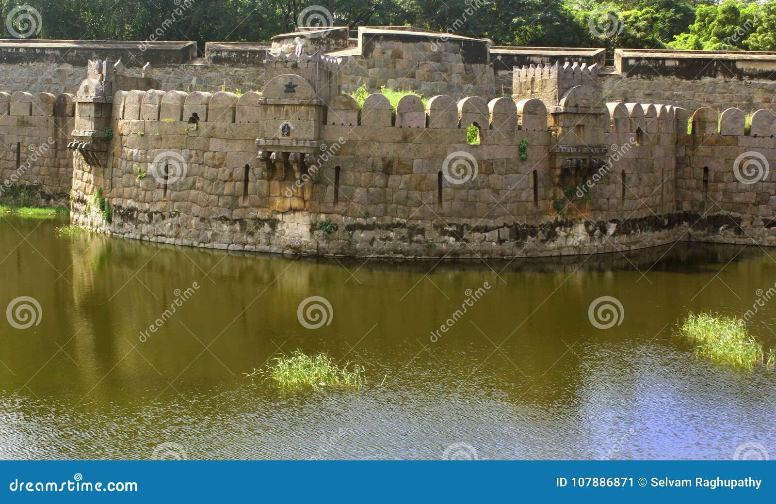 Antyczny duży battlement vellore fort z drzewami
