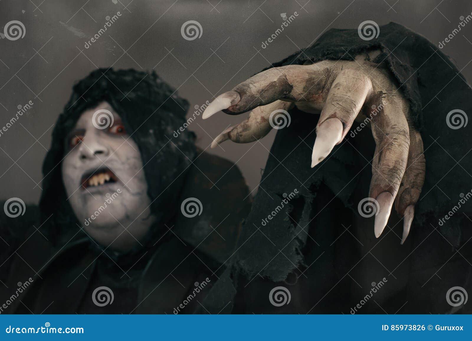 Antyczny horroru mutanta wampir z wielkimi strasznymi gwoździami Średniowieczny f