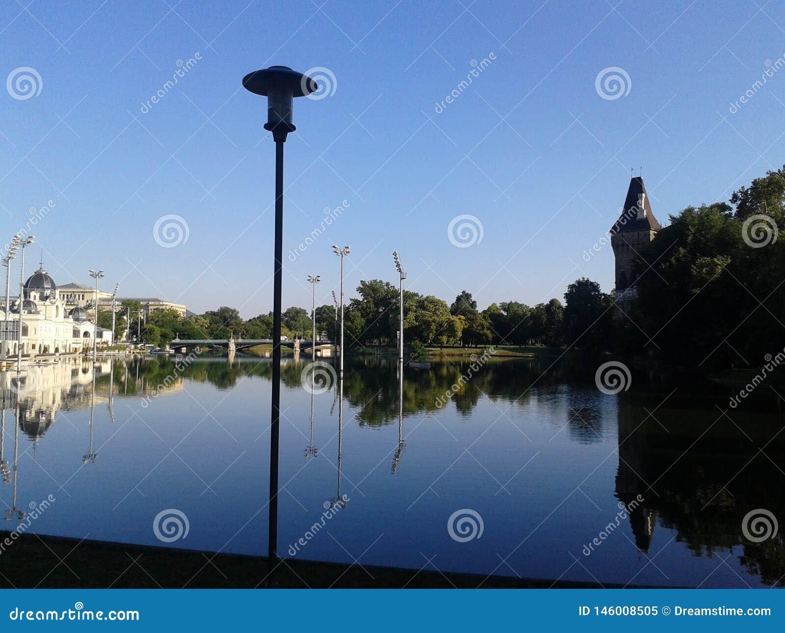 Antyczny kasztel z sztucznym jeziorem w Budapest miasta parku