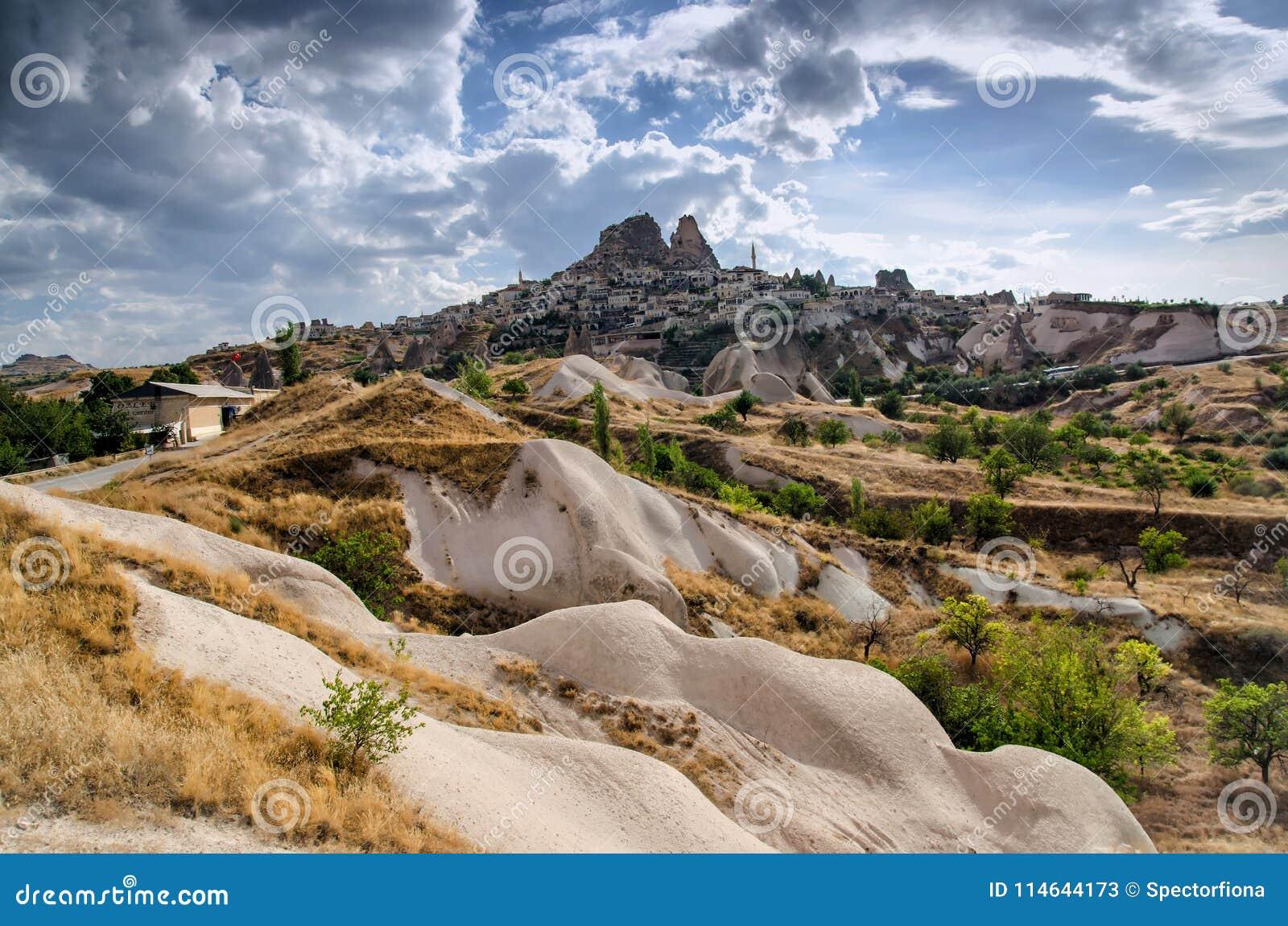 Antyczny miasteczko i kasztel Uchisar kopaliśmy od góry, Cappadocia, Turcja