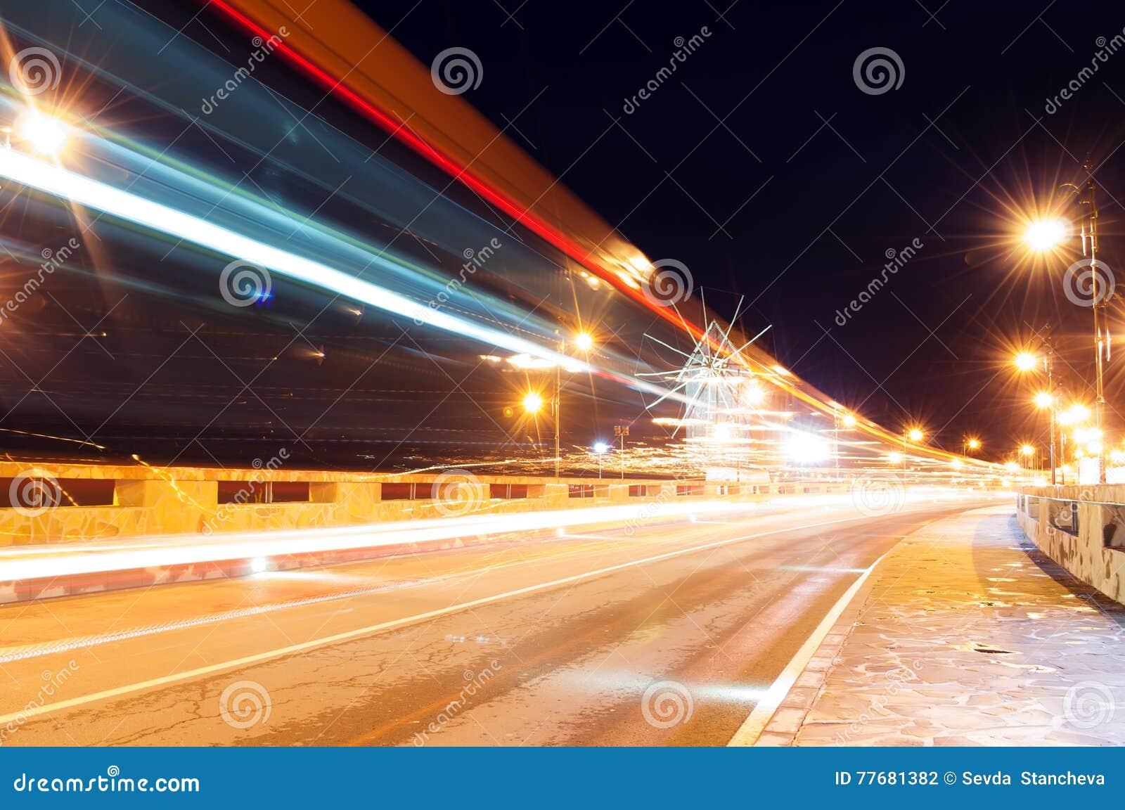 Antyczny miasteczko Nesebar UNESCO - ochraniający Droga, nocy światła, wiatraczek Samochodu światła ślada Ujawnienie długa fotogr