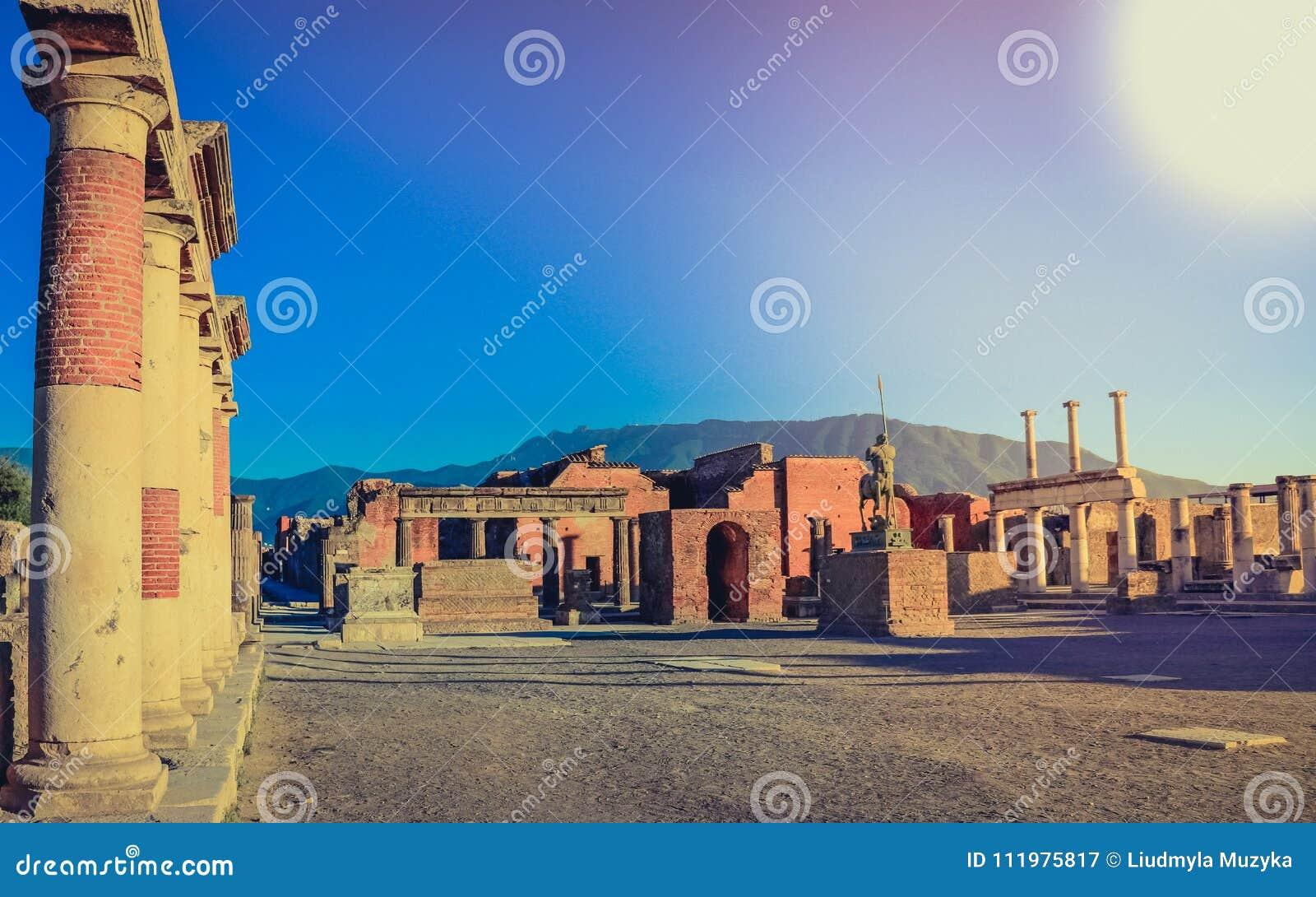 Antyczny miasto Pompeii rujnuje widok niszczącego Vesuvius Włochy