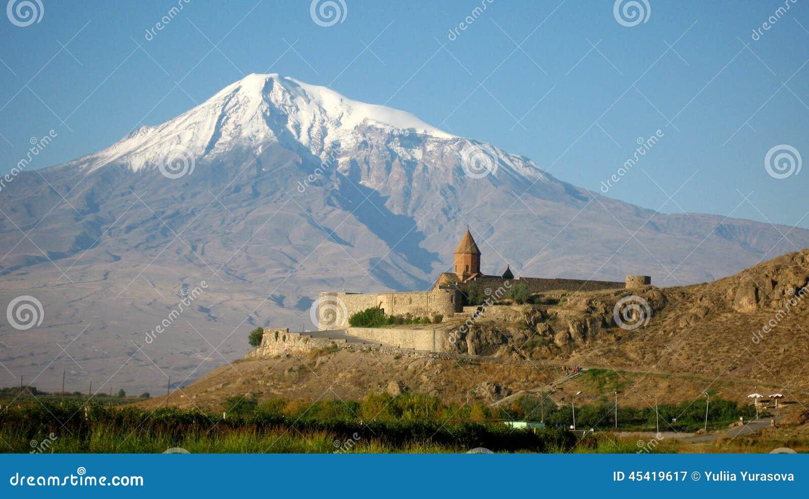 Antyczny ortodoksyjny kamienny monaster w Armenia, Khor Virapmonasterze, robić czerwona cegła Ararat i góra