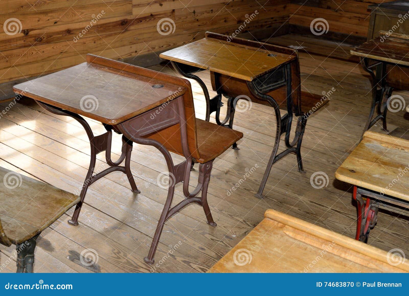 Antykwarscy biurka w sala lekcyjnej