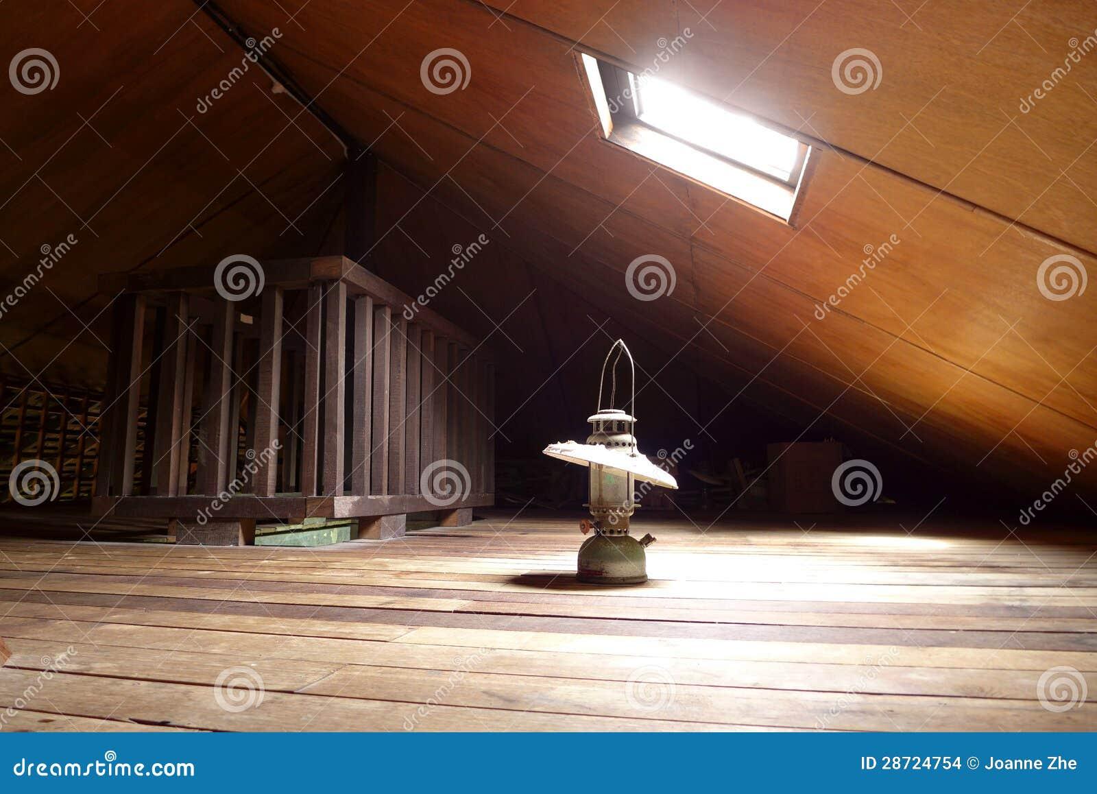 Antykwarska lampa w starym attyku z skylight