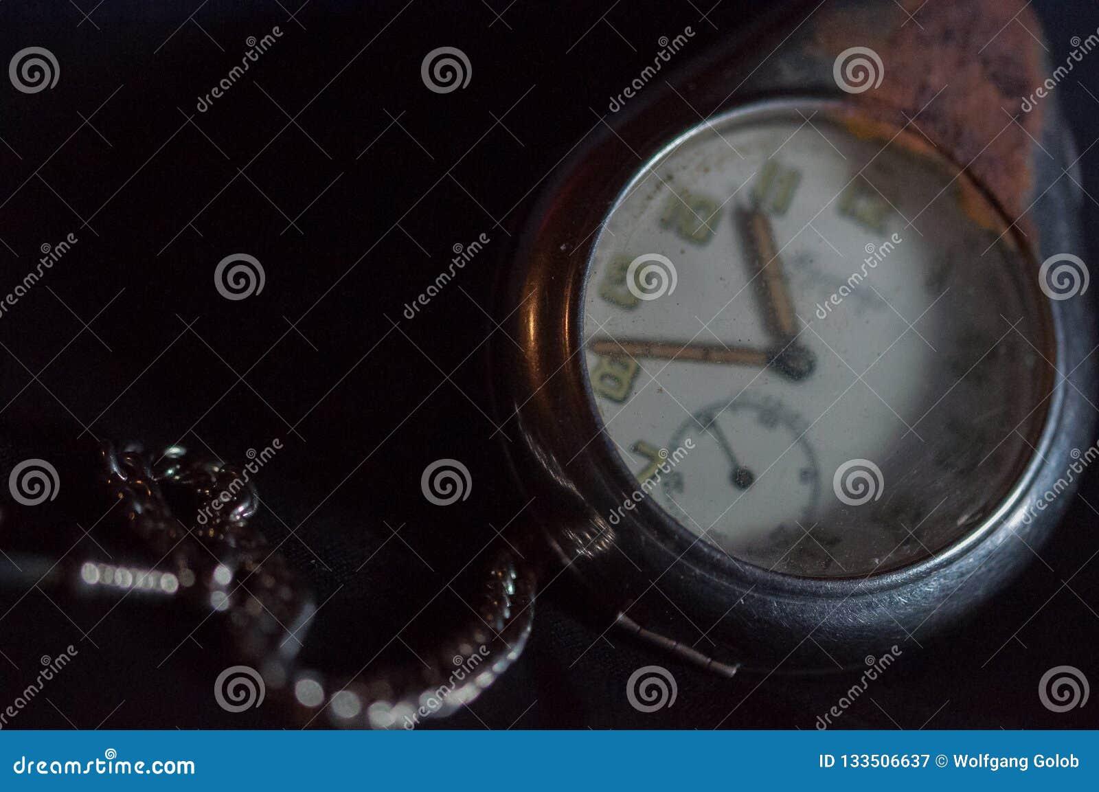 Antykwarski ośniedziały kieszeniowy zegarek