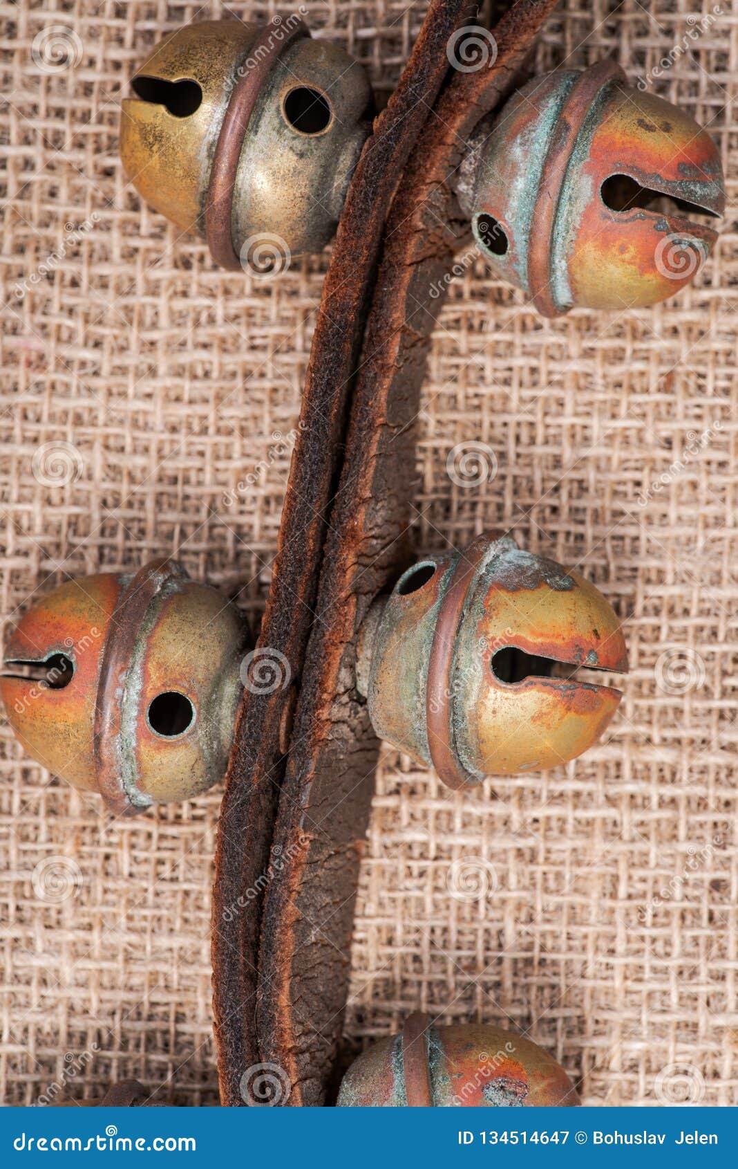 Antykwarski rocznik utlenia mosiężnych sanie dzwony na rzemiennej patce i burlap