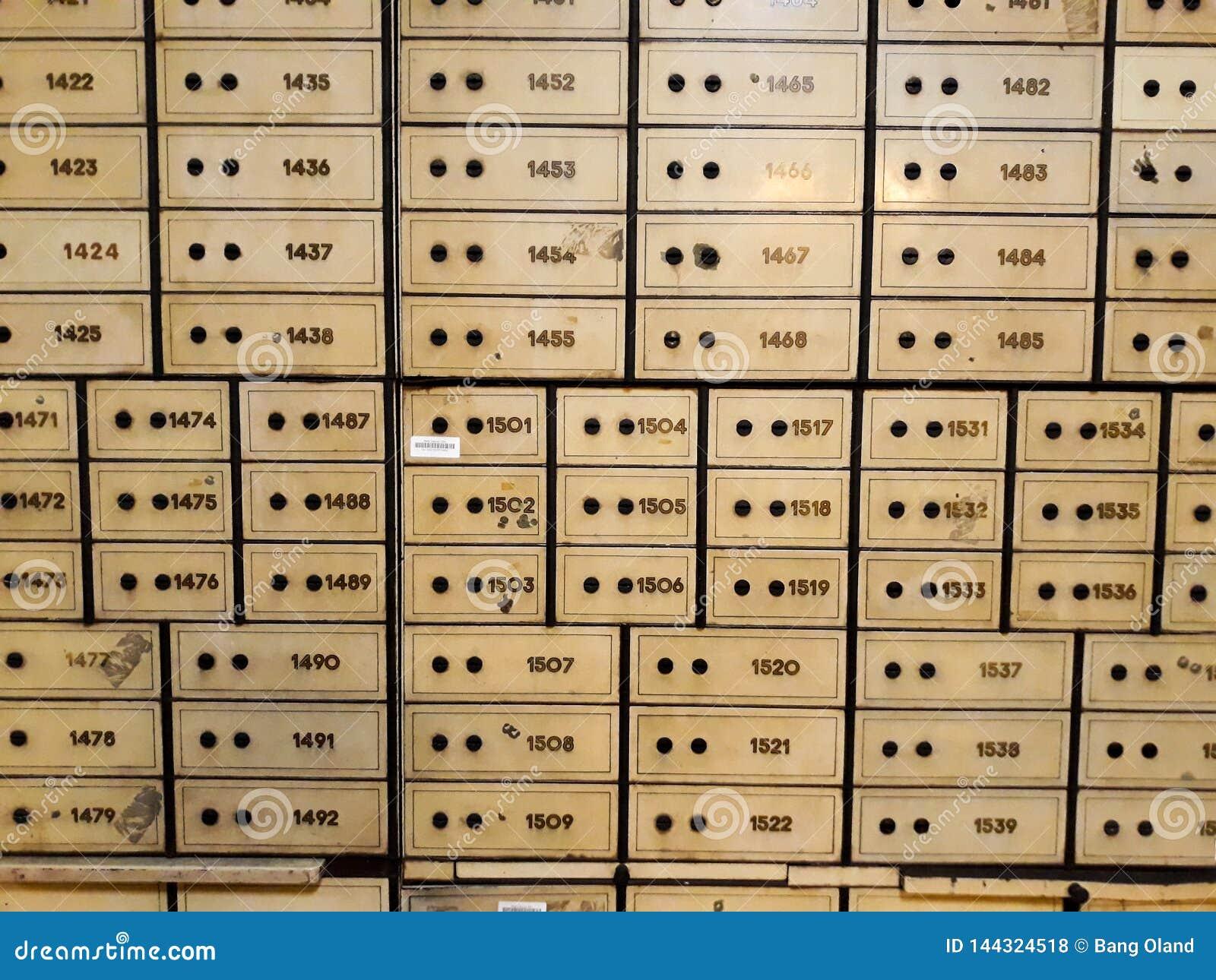 Antykwarski silny pudełko z kombinacją zarówno jak i kluczowy kędziorek Wśrodku jeden pokoje Mandiri muzea w Dżakarta