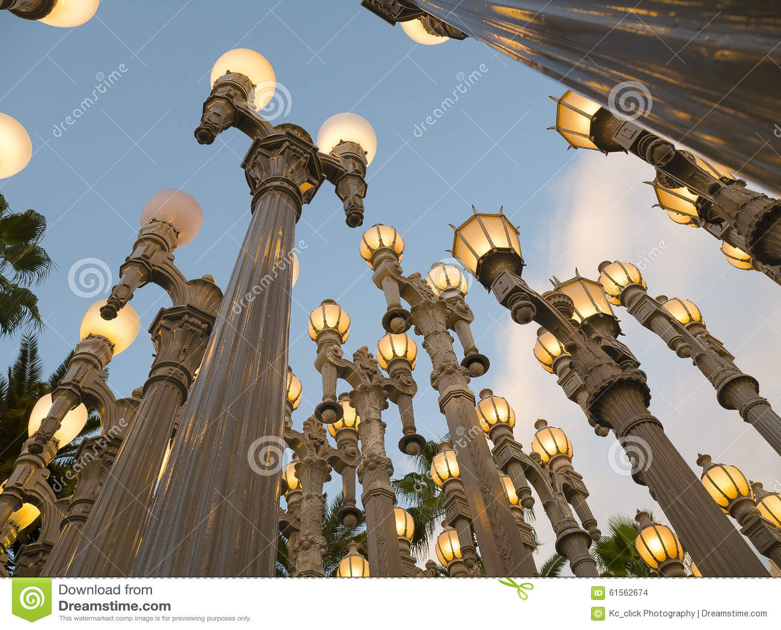 Antykwarskie latarnie uliczne Iluminują Los Angeles Przy półmrokiem