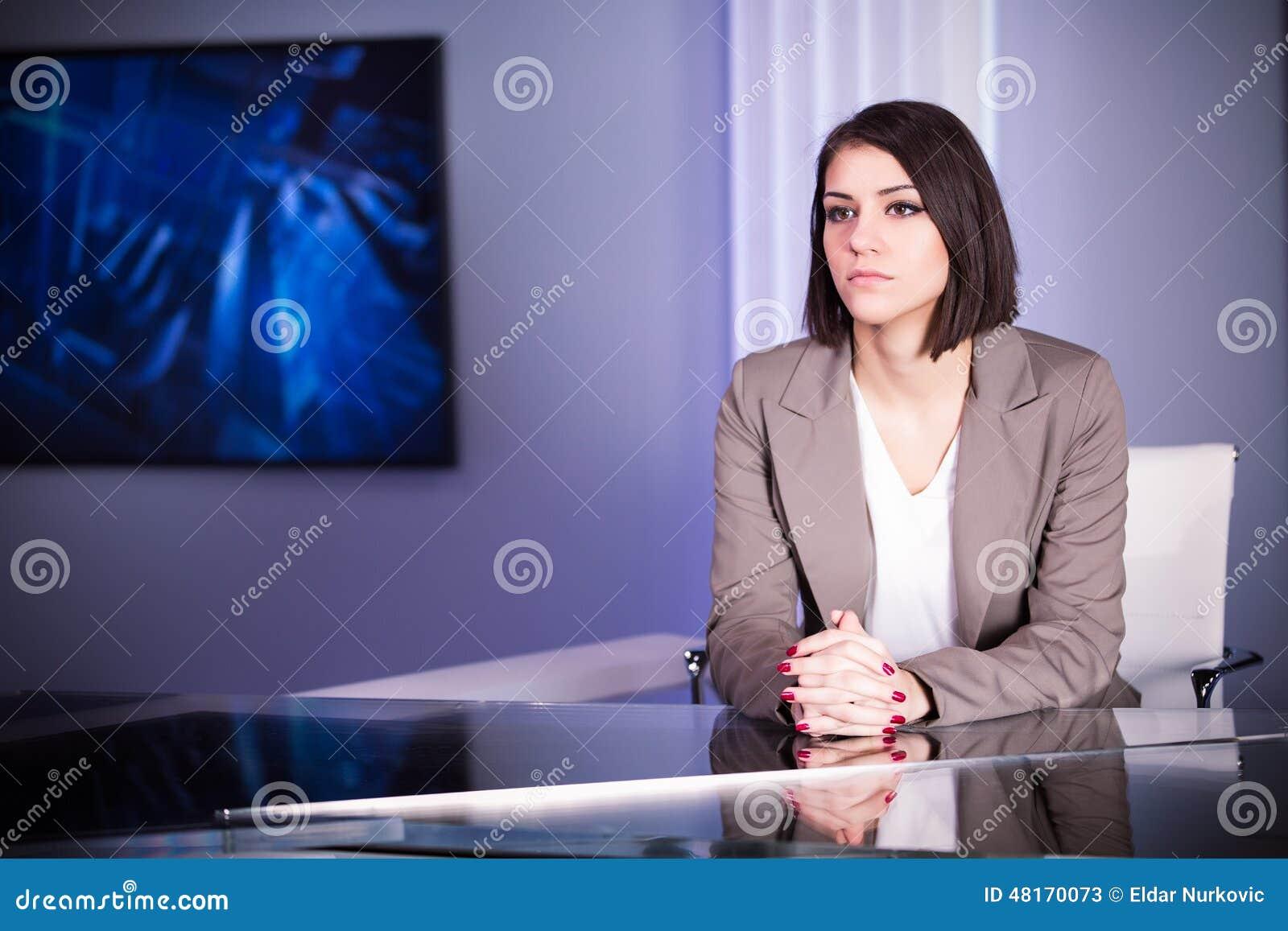 Anunciador de televisión moreno hermoso joven en el estudio durante la difusión viva Director de sexo femenino de la TV en el red