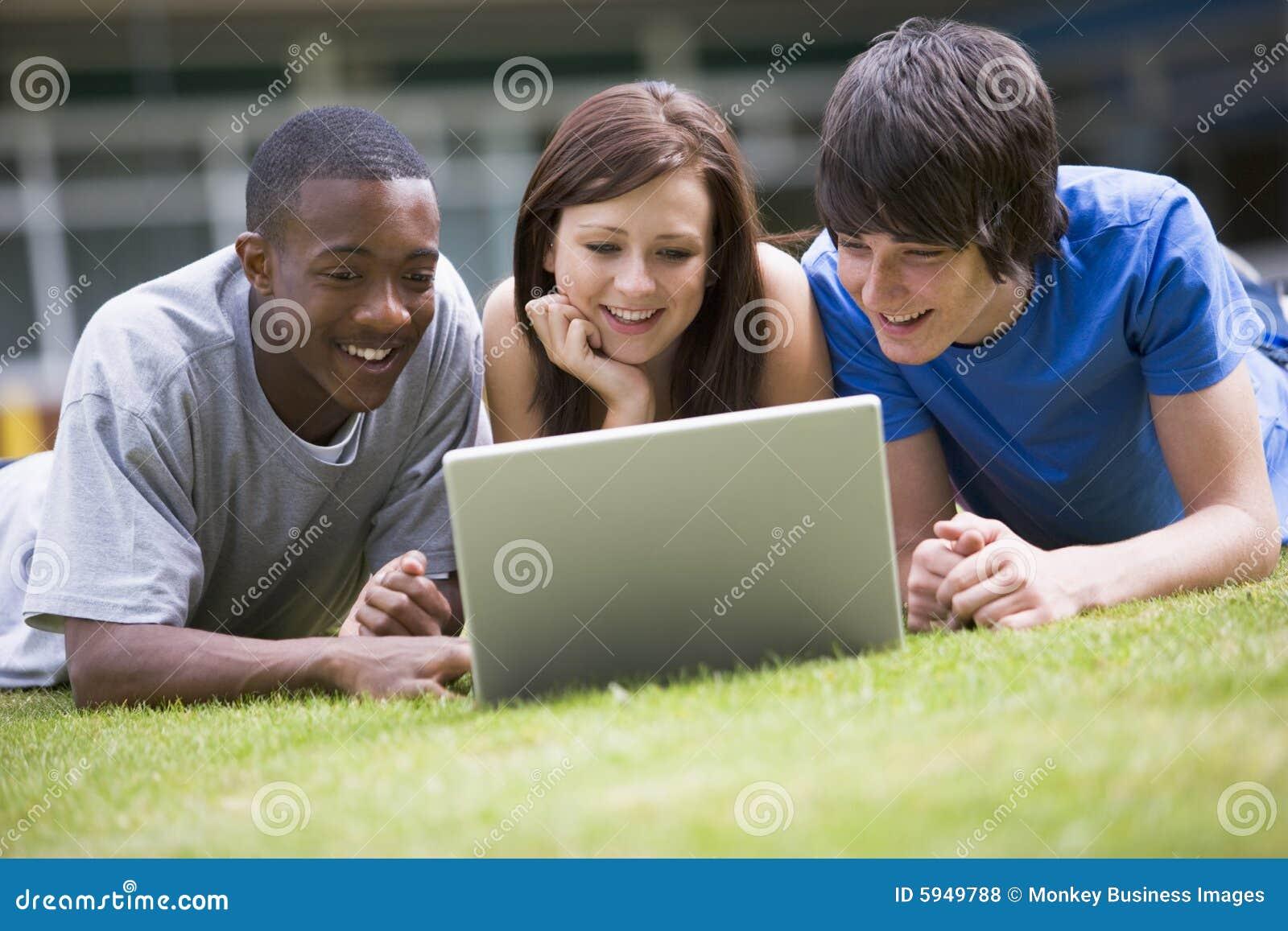 Använda för deltagare för lawn för universitetsområdehögskolabärbar dator