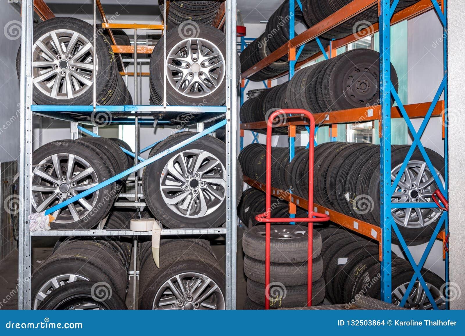 Använda gamla bilgummihjul på lagret