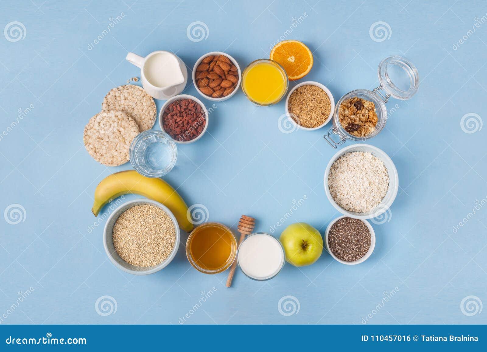 Användbar frukost på en blå pastellfärgad bakgrund