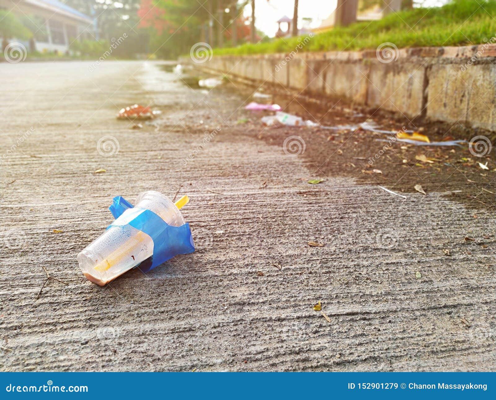 Använt plast- exponeringsglas lämnades som en avskräde på gatan